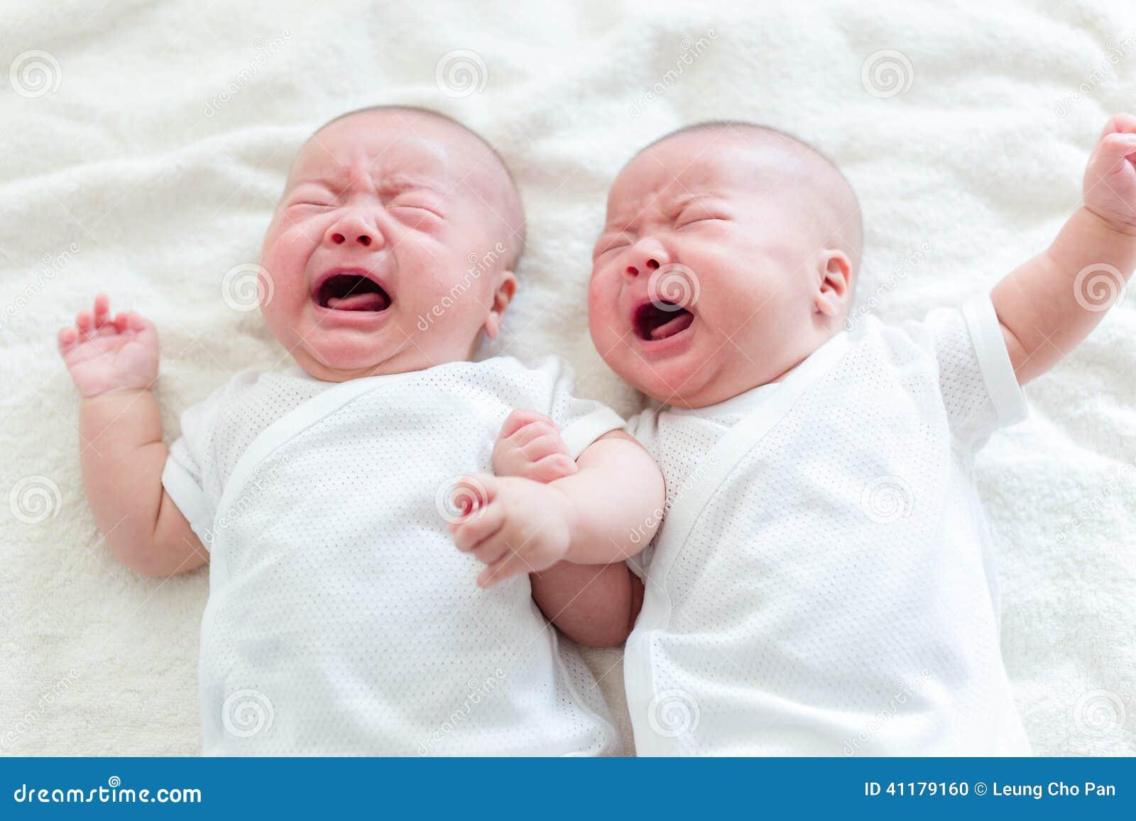 Grito do bebê do irmão de gêmeos