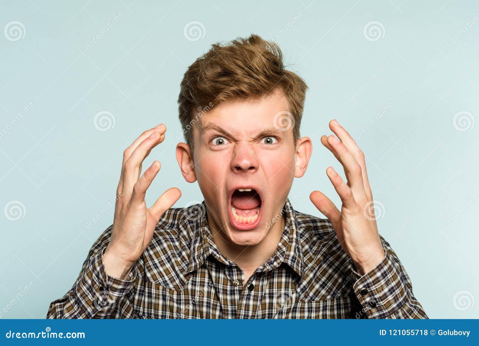 Grito emocional del hombre del ataque de nervios de la furia