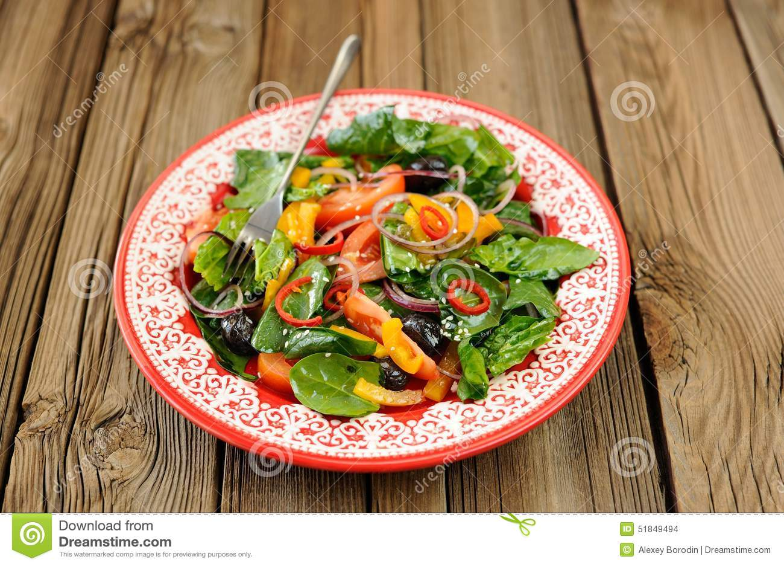 gr ner salat mit rohem gem se spinat tomaten oliven onio stockfoto bild 51849494. Black Bedroom Furniture Sets. Home Design Ideas