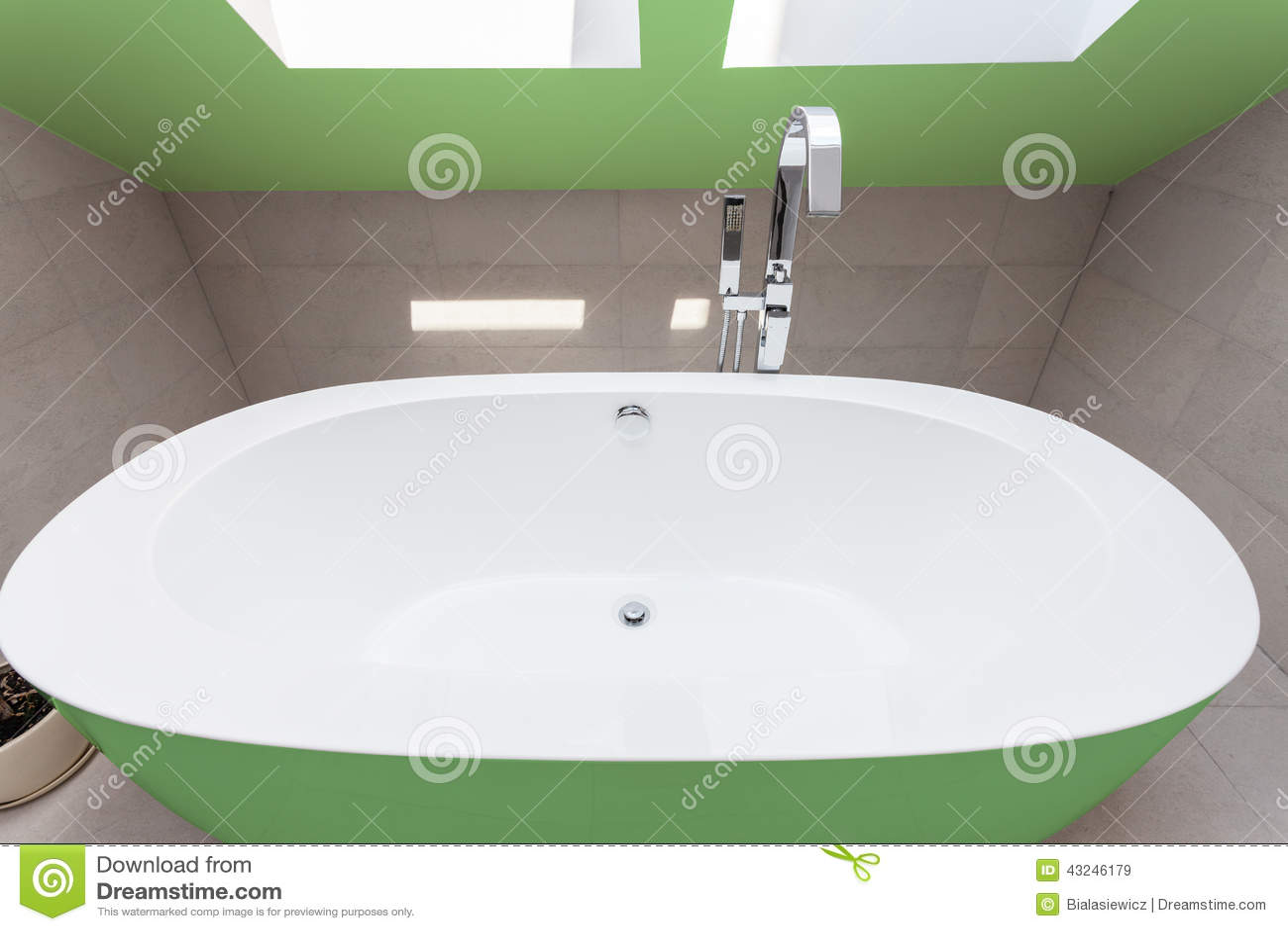 Grönt badkar i badrum arkivfoto   bild: 43246179