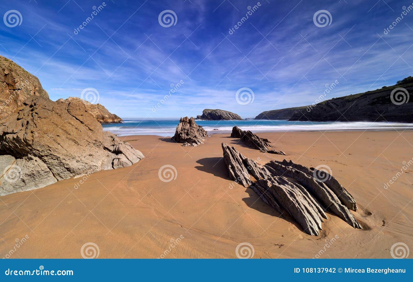 Großartige Felsformationen auf der Küste von Kantabrien, Spanien