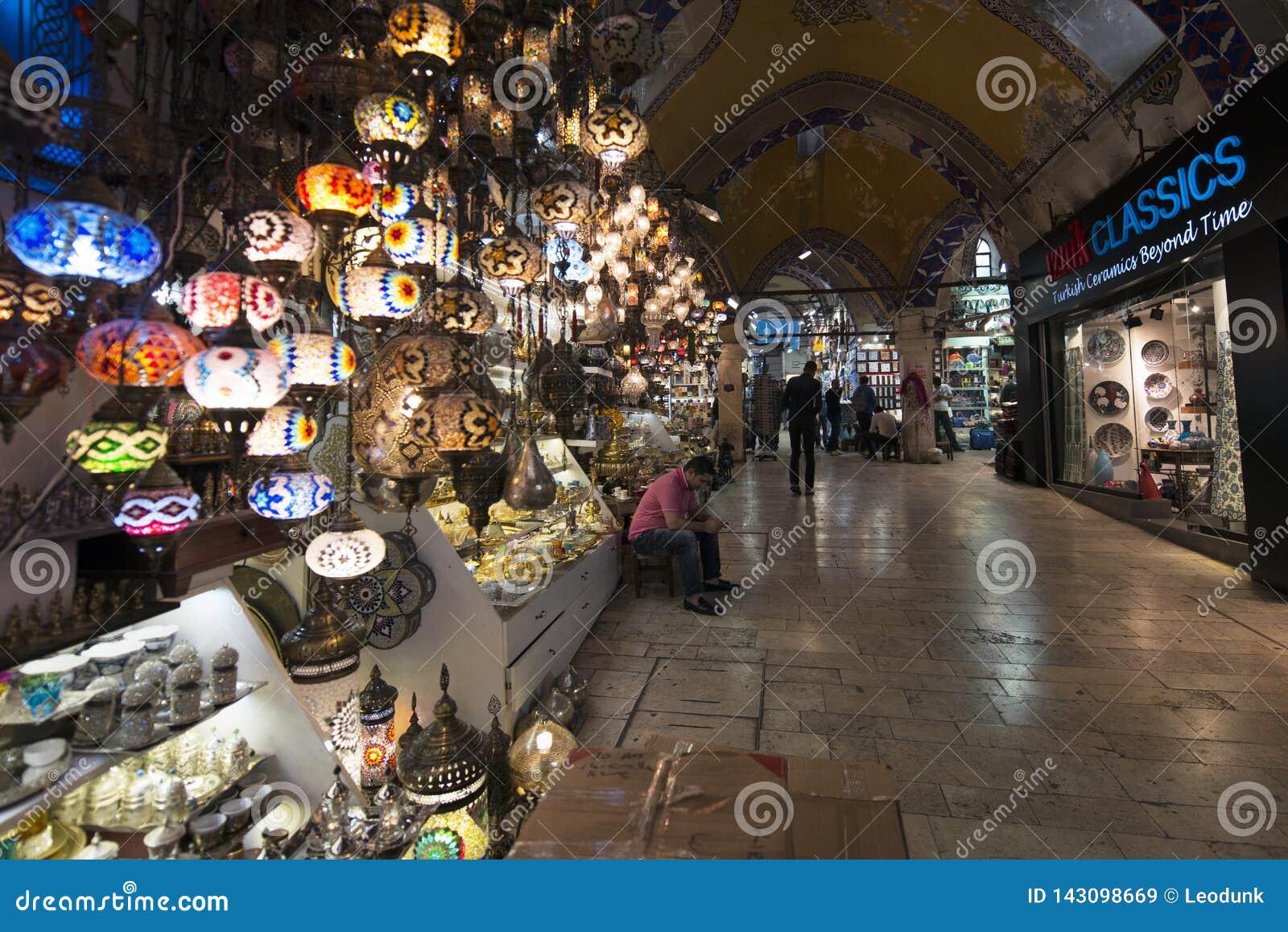 Großartiger Basar, einer des ältesten Einkaufszentrums in der Geschichte Dieser Markt ist in Istanbul, die Türkei