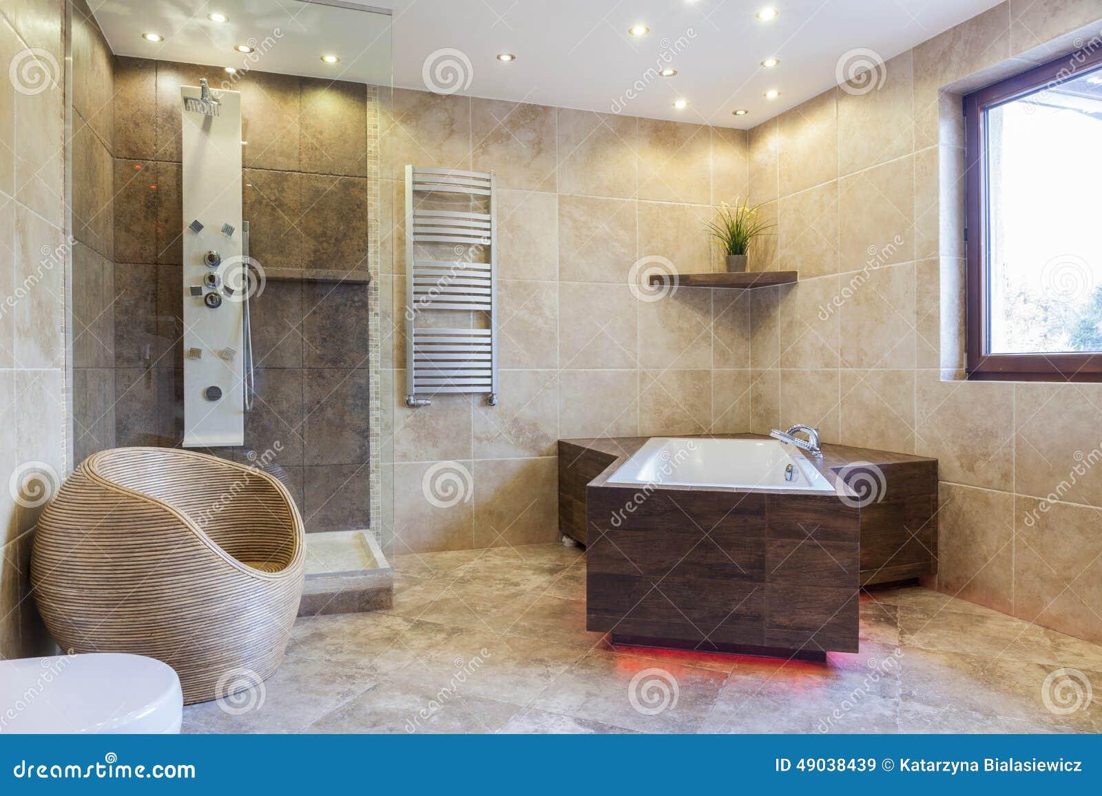 Große Badewanne In Einem Badezimmer Stockbild - Bild von konzipiert ...