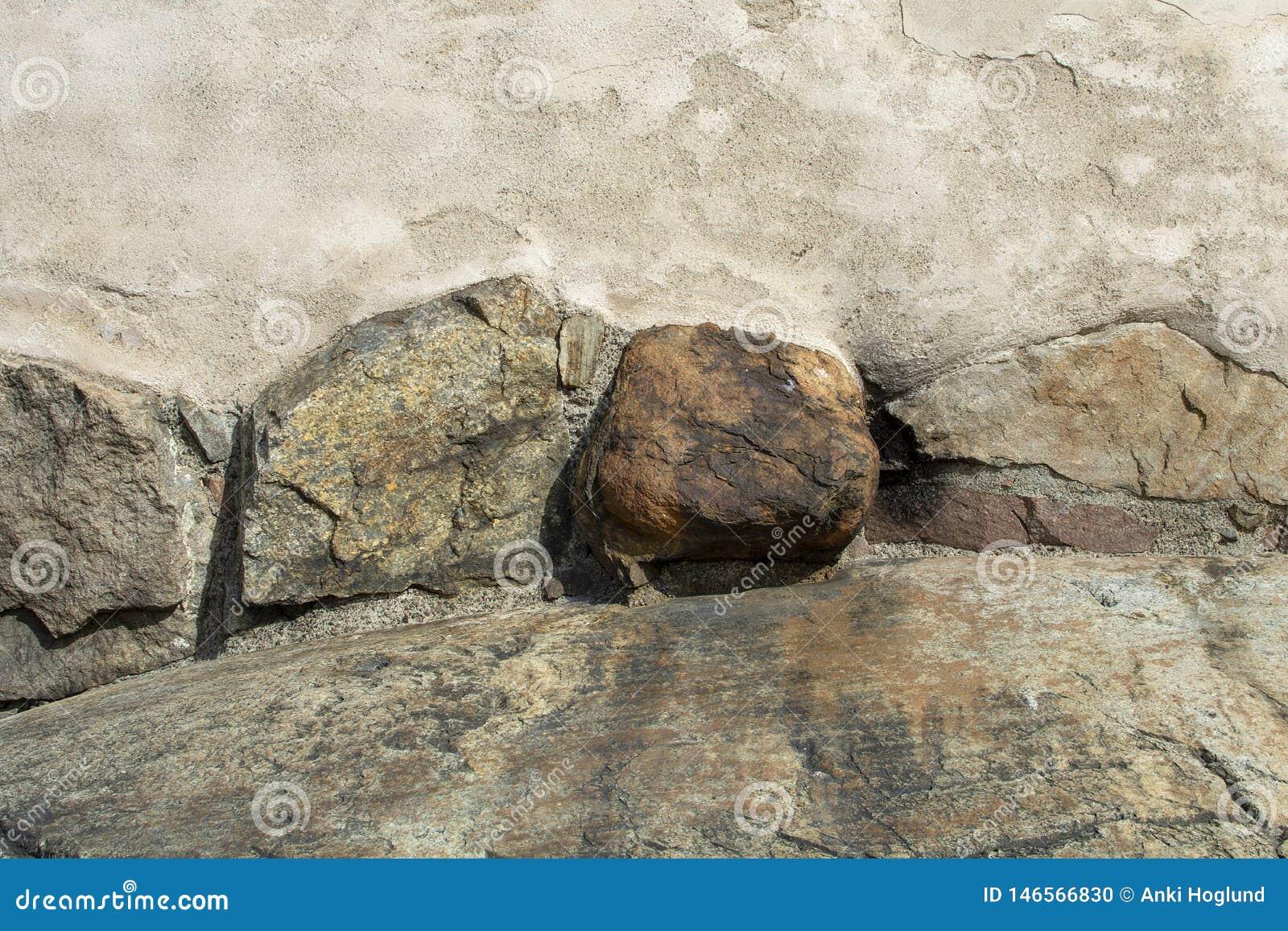 Große Felsen in der alten Wand als Hintergrund
