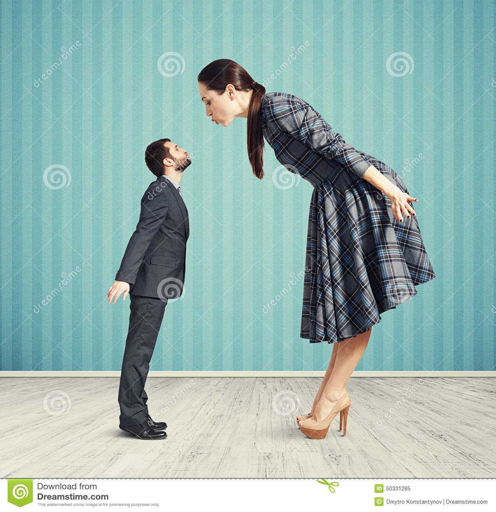 Frau hält Mann in der Palme ihrer Hand an. Schlaues Lächeln auf ...
