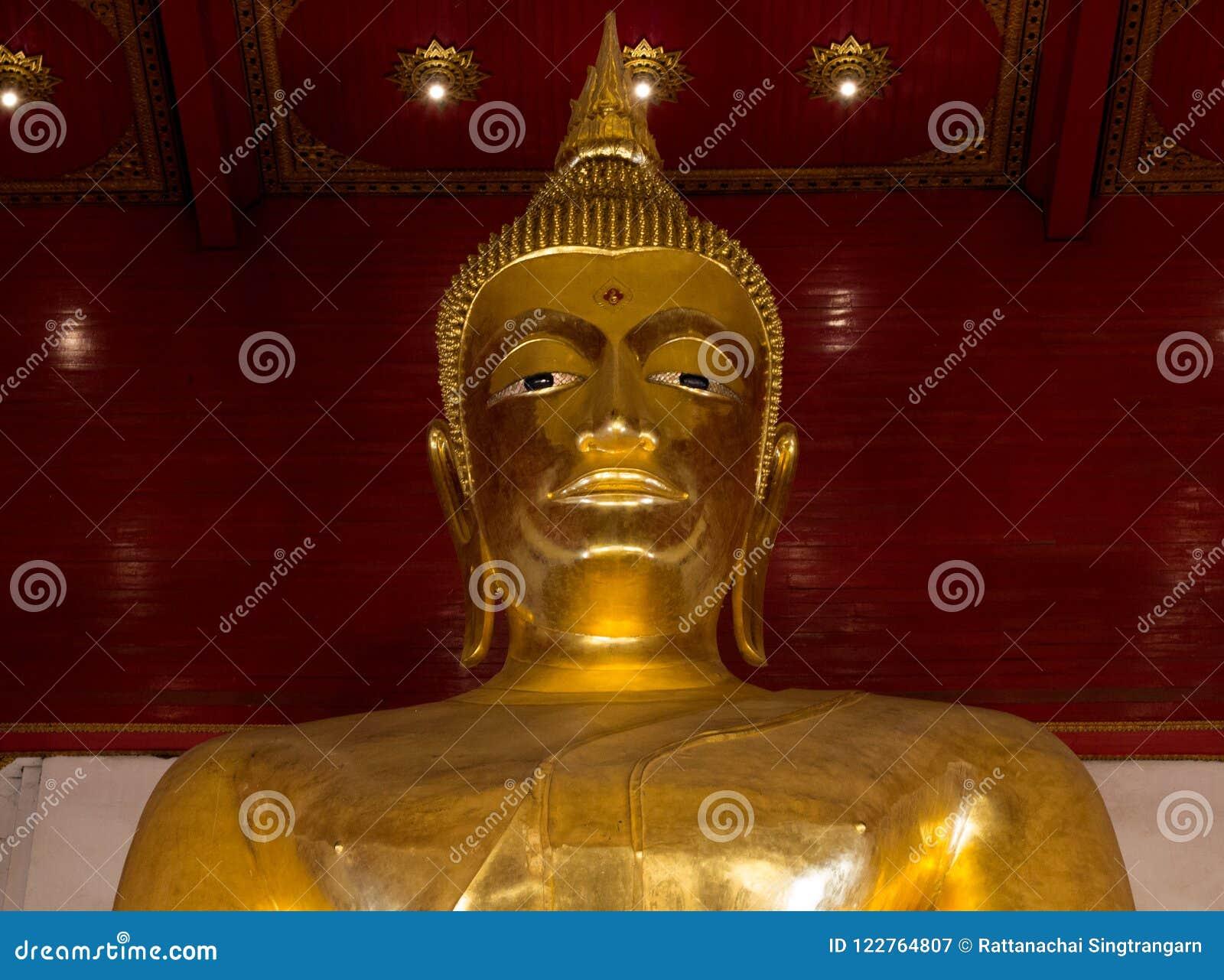 Große Gold-Buddha-Statue Abschluss oben Wat Mong-khon Bophit-Tempel Symbol von Platz Markstein Ayutthaya Thailand