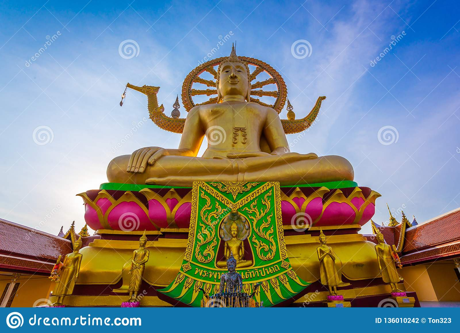 Große Gold-Buddha-Statue in einer Sitzposition unter dem blauen Himmel an großem Buddha-Tempel ist ein berühmter touristischer Be
