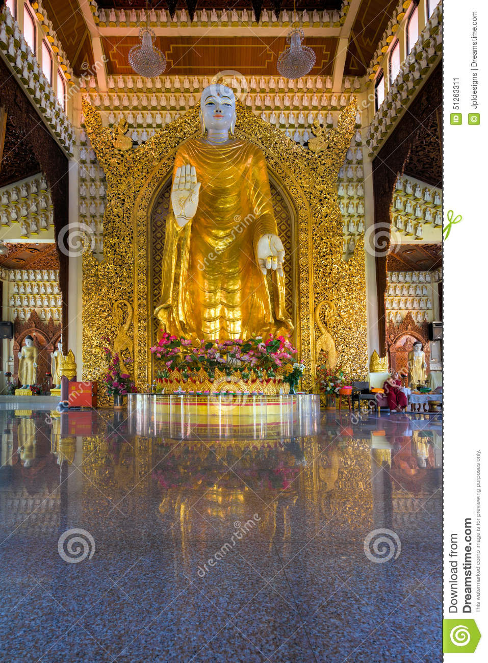 gro e gold buddha statue im dhammikarama birmane tempel redaktionelles foto. Black Bedroom Furniture Sets. Home Design Ideas