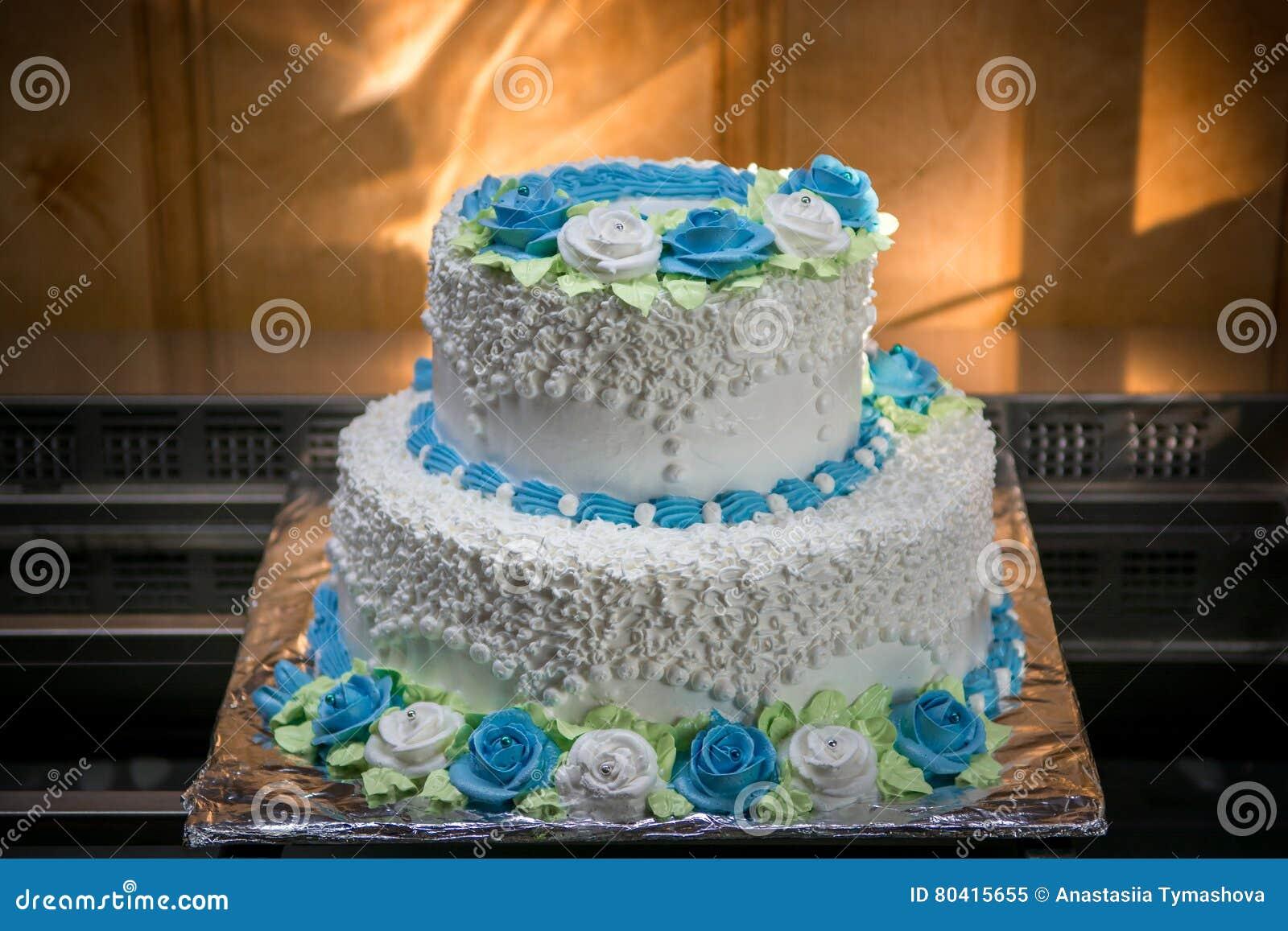 Grosse Hochzeitstorte Mit Blauen Blumen Stockbild Bild Von Floral