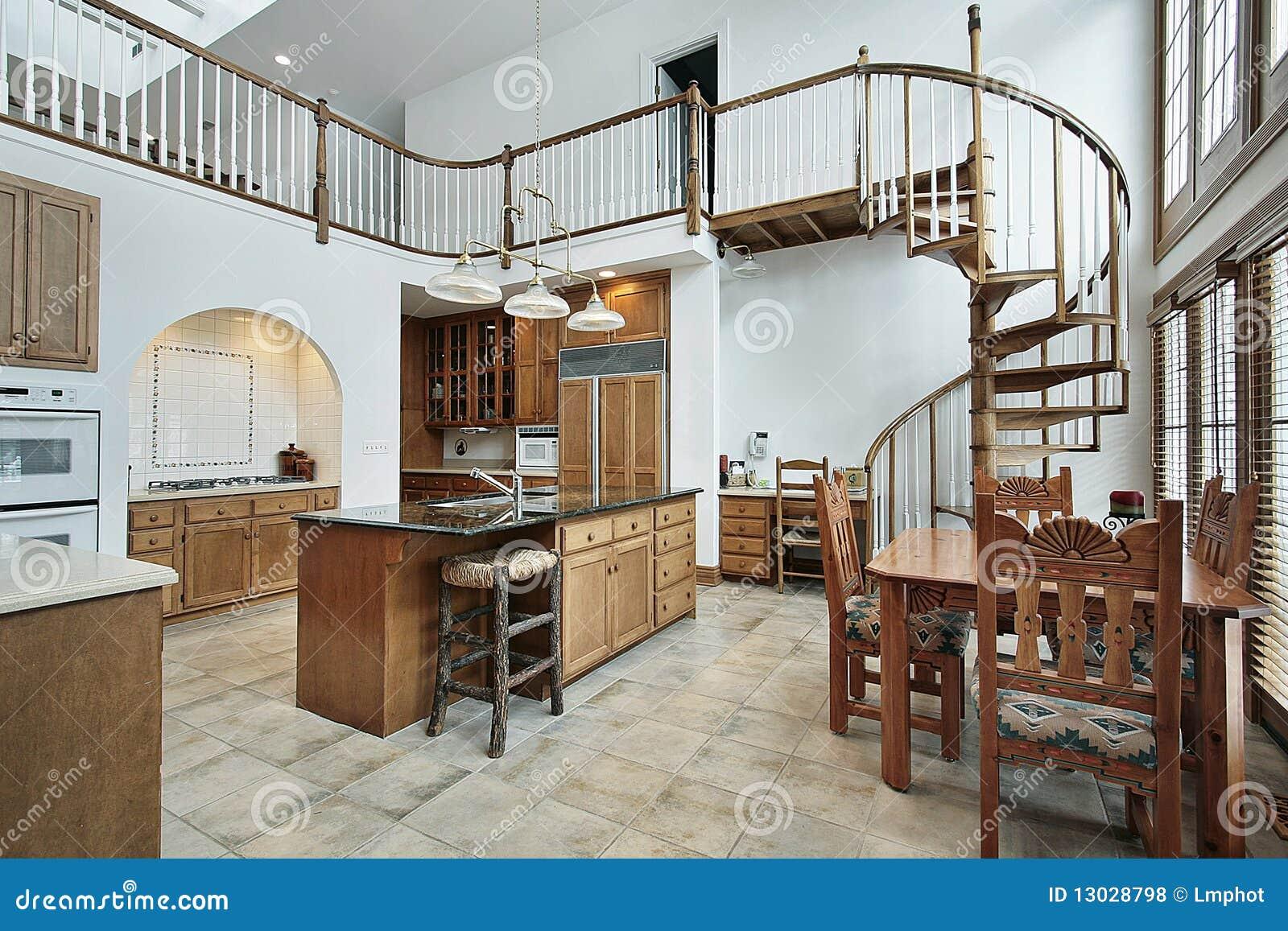Große küche mit gewundenem treppenhaus zum zweiten stock