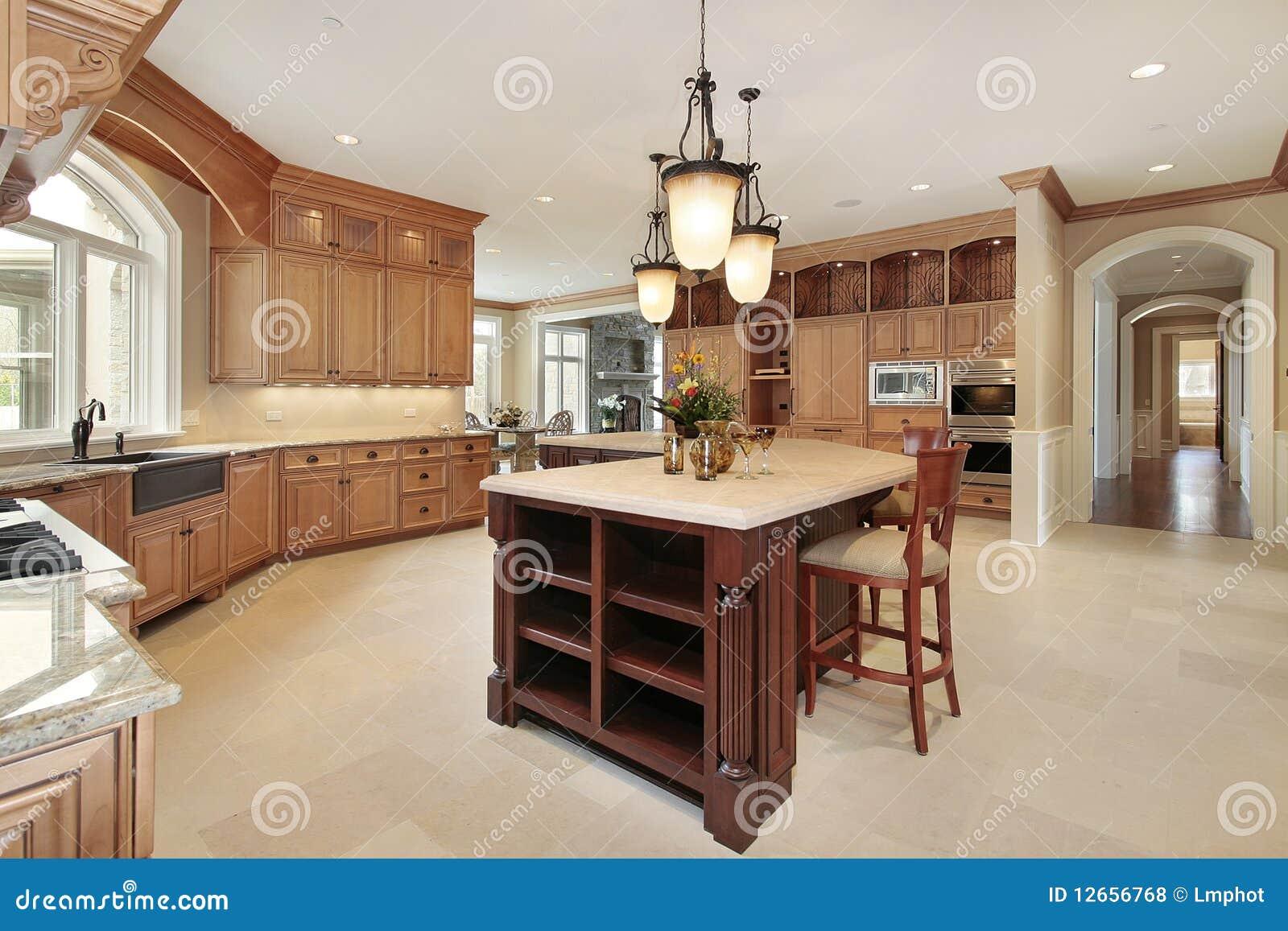 Große Küche Mit Hölzernem Cabinetry Stockfoto - Bild von vorort ...