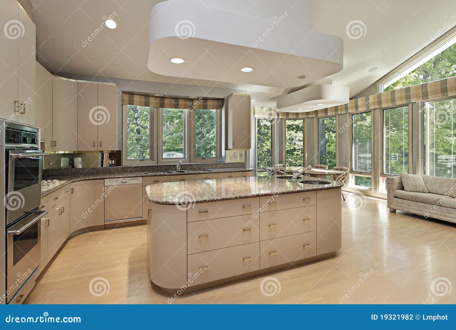 Große Küche Mit Mittelinsel Stockfoto - Bild von beleuchtung ...