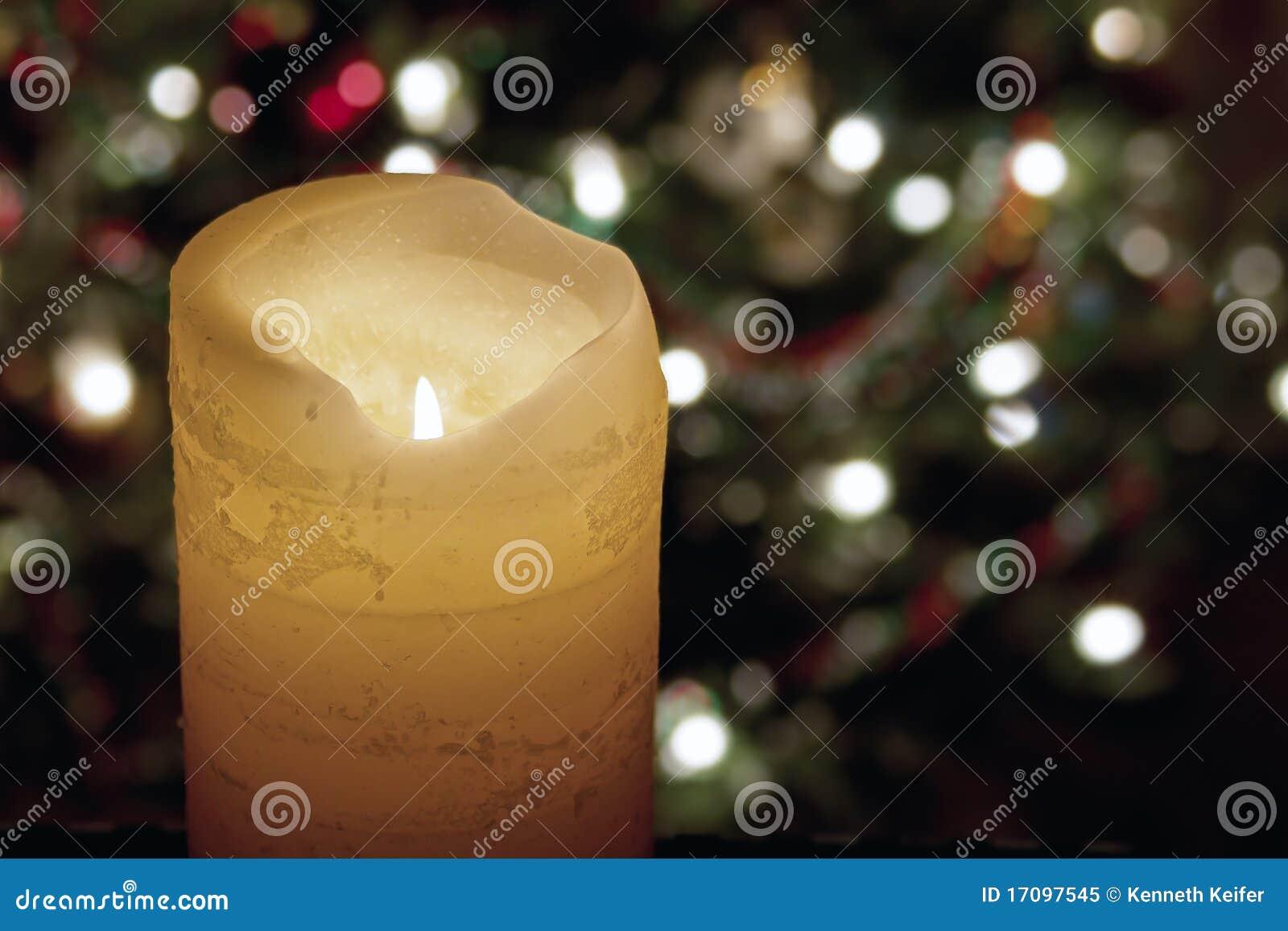 Große Kerze und Weihnachtsleuchten