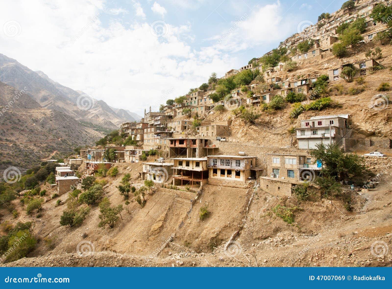 gro e landschaft mit alten h usern im bergdorf hawraman von kurdistan der iran stockfoto bild. Black Bedroom Furniture Sets. Home Design Ideas