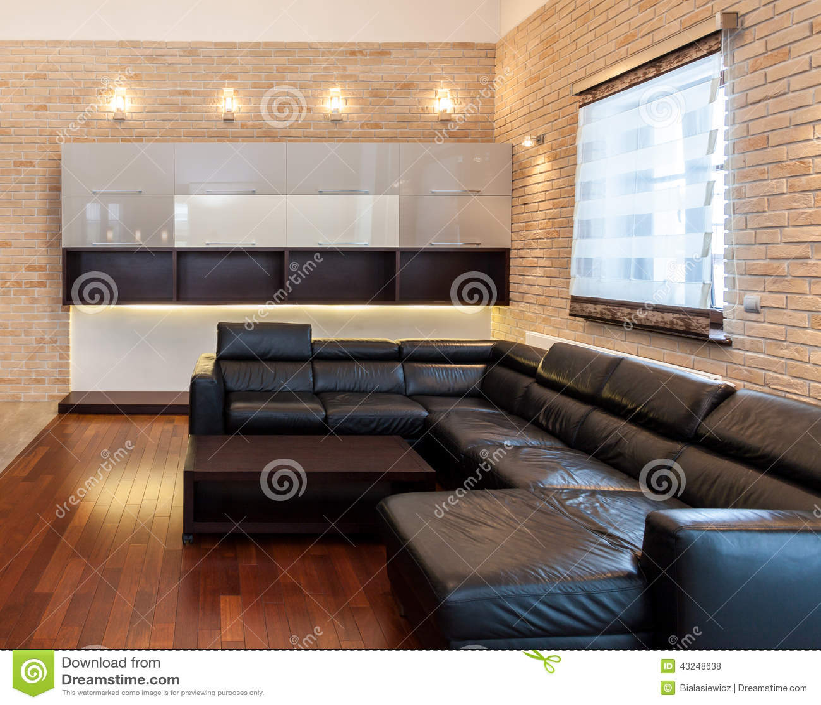 Große Ledercouch Im Wohnzimmer Stockfoto - Bild von ziegelstein ...
