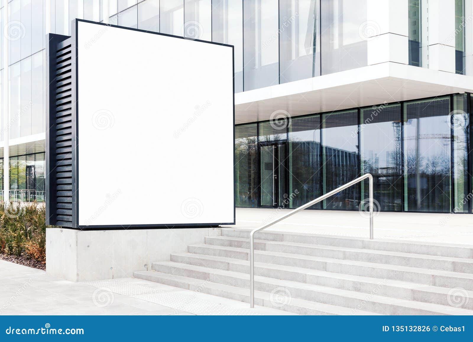 Große leere Anschlagtafelschablone im Freien mit weißem Kopienraum