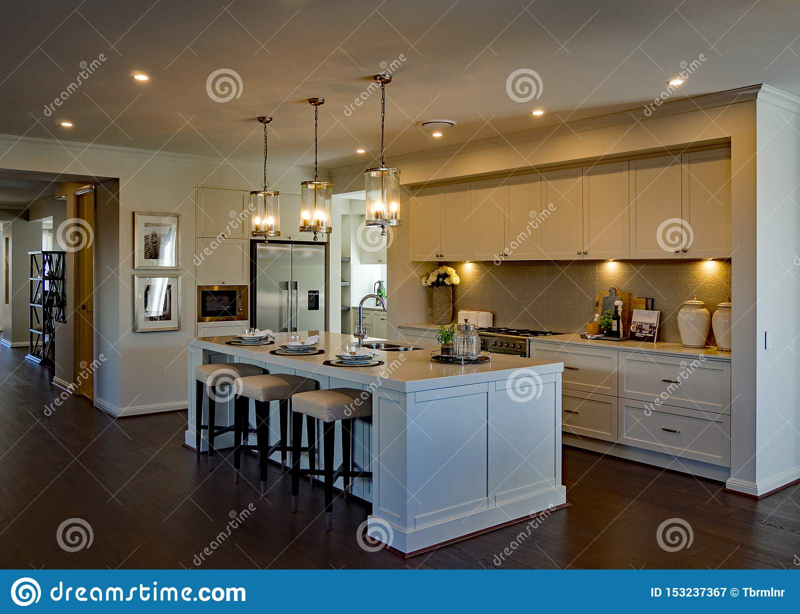 Große luxuriöse Küche mit umgebender Beleuchtung und Bretterboden