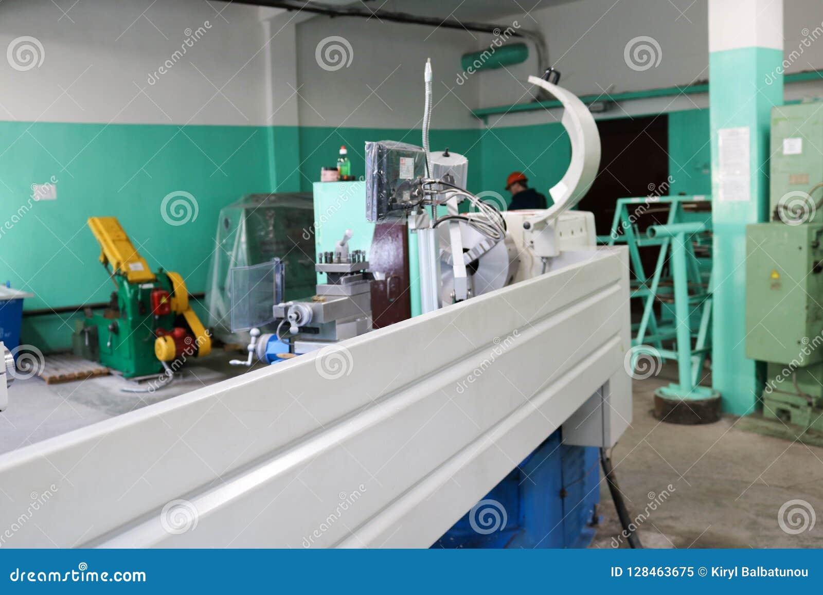 Große Metalleisen-Bankdrehbank, Ausrüstung für Reparatur, Arbeit mit Metall in der Werkstatt in der metallurgischen Anlage in der