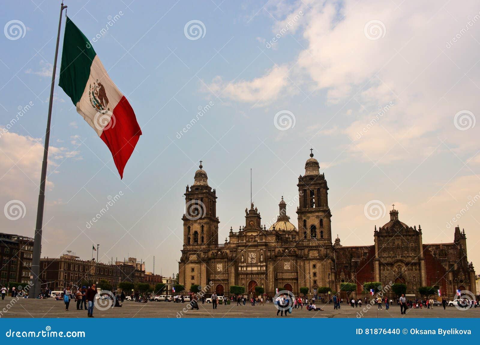 Große mexikanische Flagge auf Zocalo nahe Kathedrale, Mexiko City