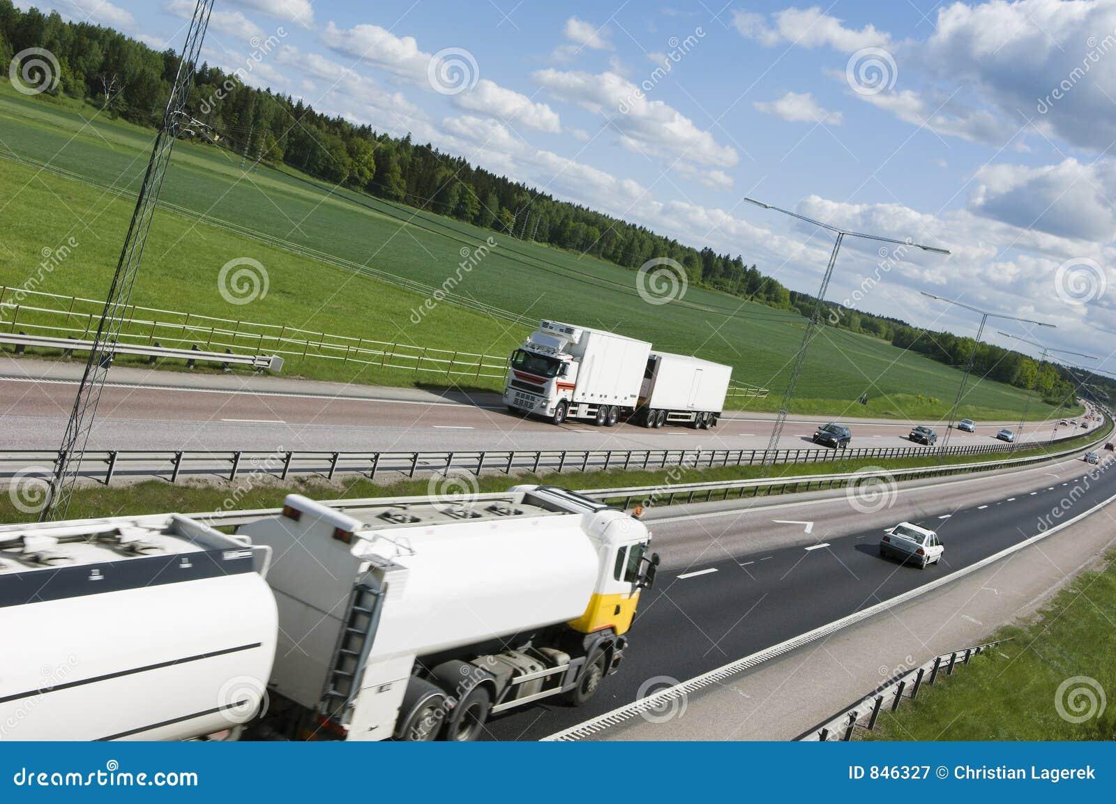 Große schwere Anlieferungen auf Autobahn