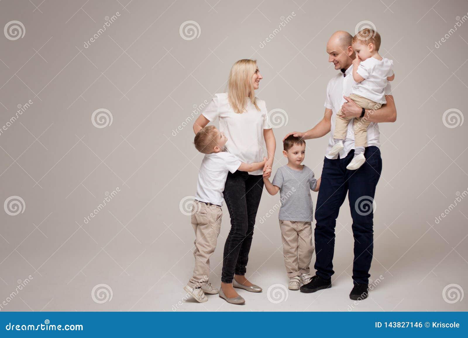 Große und nette Familie, Mutter, Vati und drei Söhne glücklich zusammen