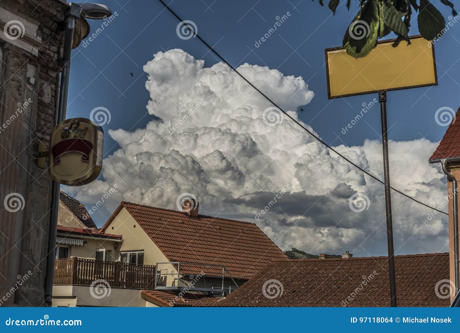 Große weiße Wolken über Dächern von Prackovice-Dorf