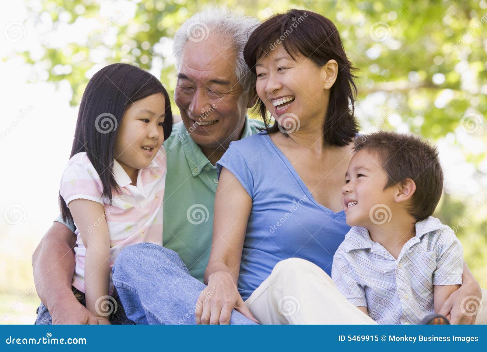 Großeltern, die spritzen