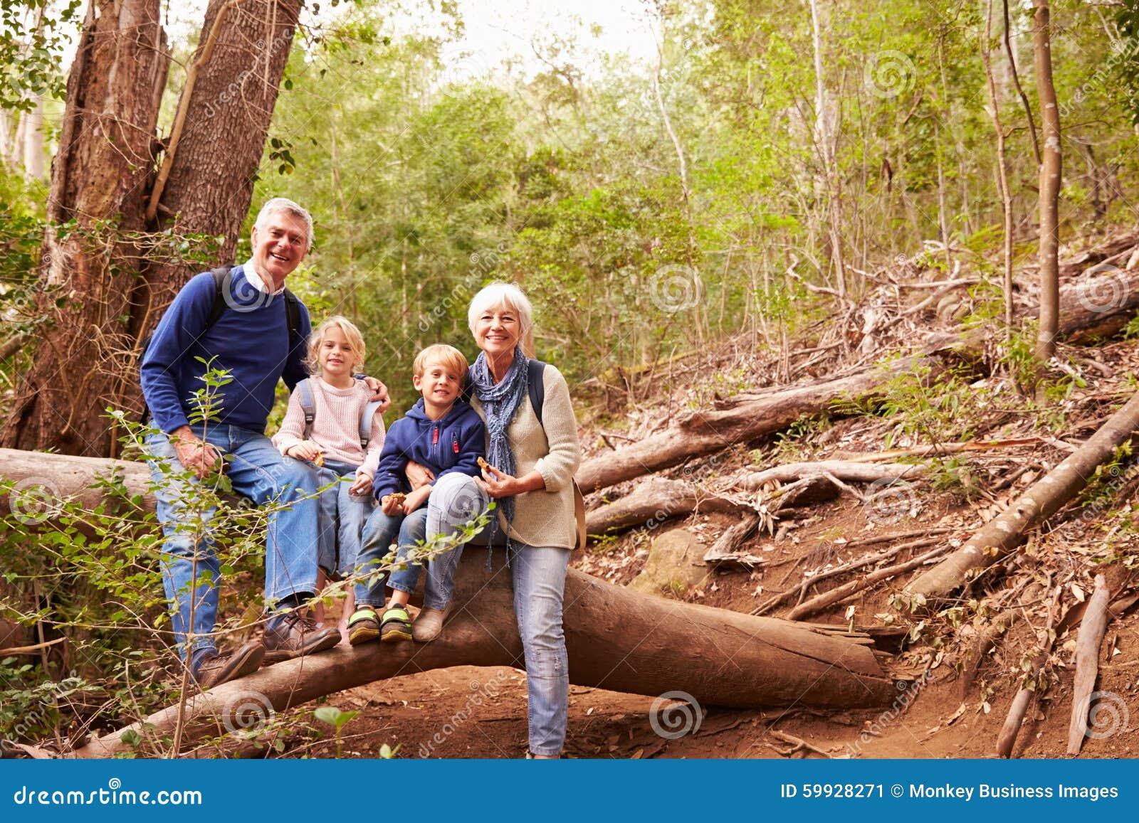 Großeltern und Enkelkinder, die in einem Wald, Porträt essen