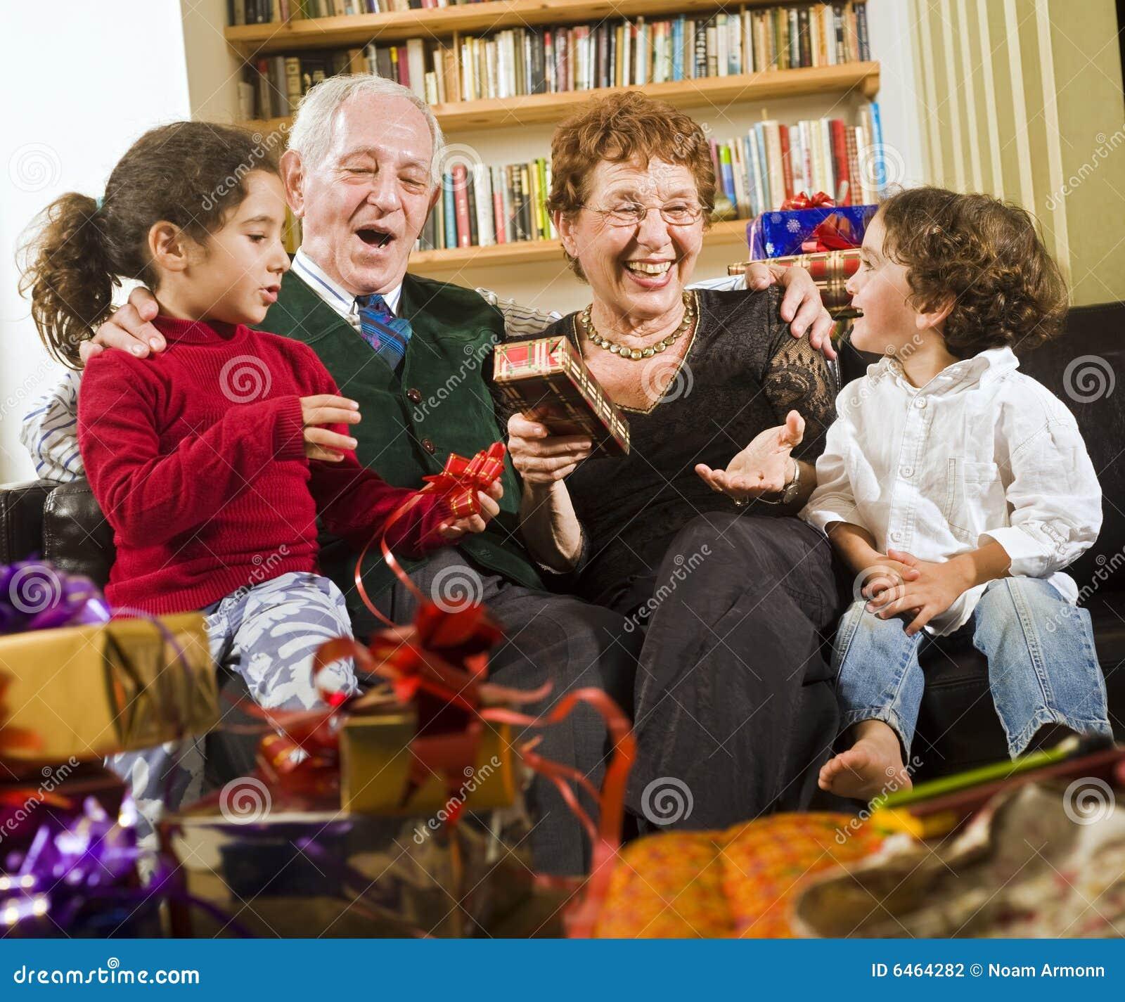 Großeltern und Geschenke
