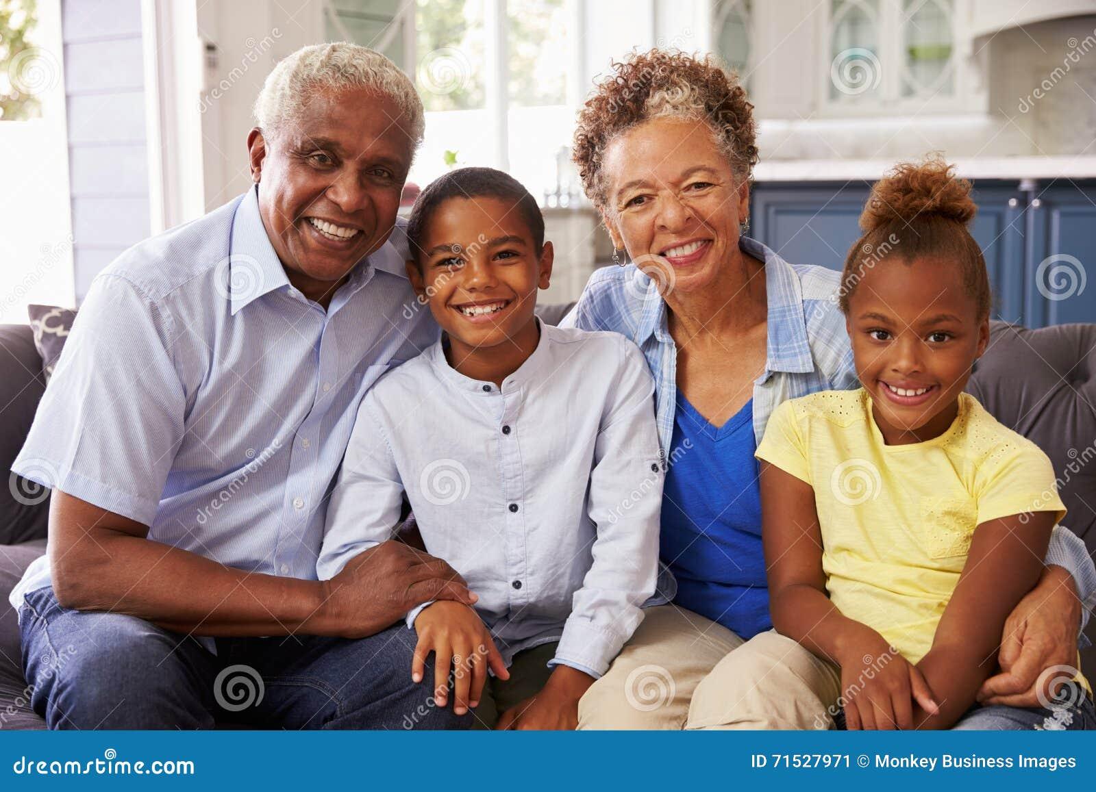 Großeltern und ihre jungen Enkelkinder zu Hause, Porträt