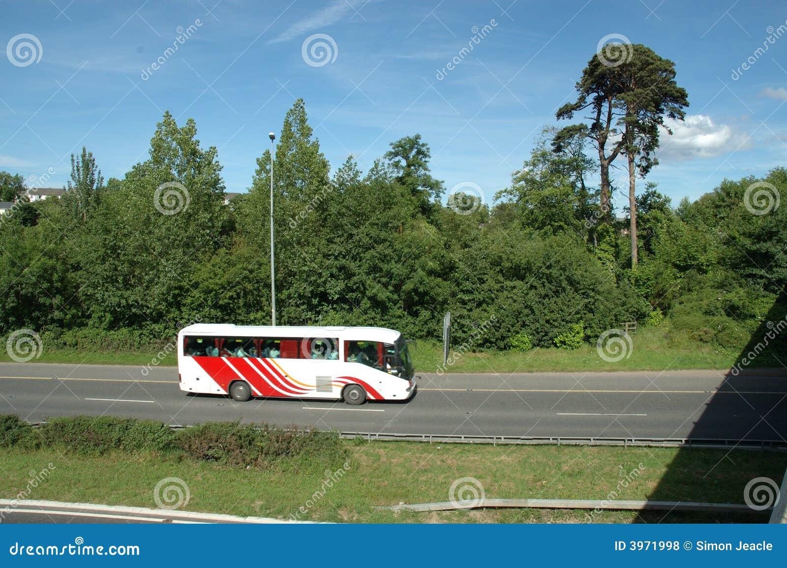 Großer Bus auf Autobahn