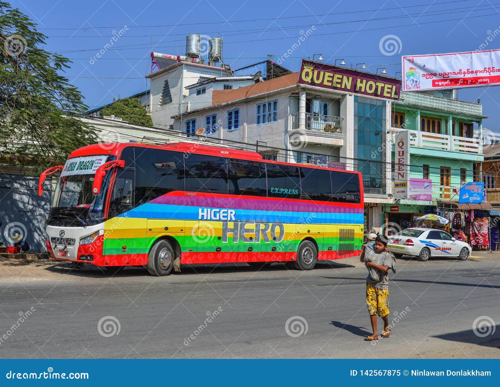 Großer Bus auf Straße in Pyin Oo Lwin