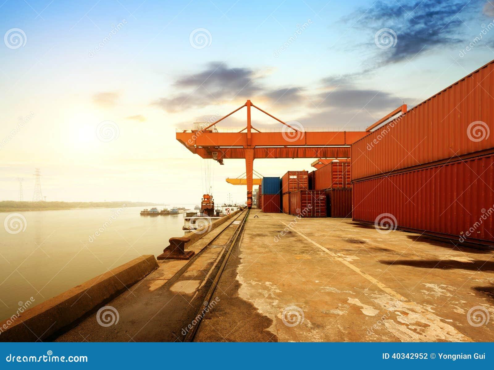 Großer Containerbahnhof