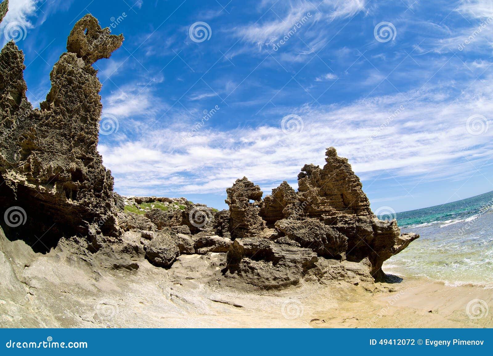 Download Großer Felsen Auf Dem Strand Mit Blauen Wolken Wie Stockfoto - Bild von königreich, sechseckig: 49412072