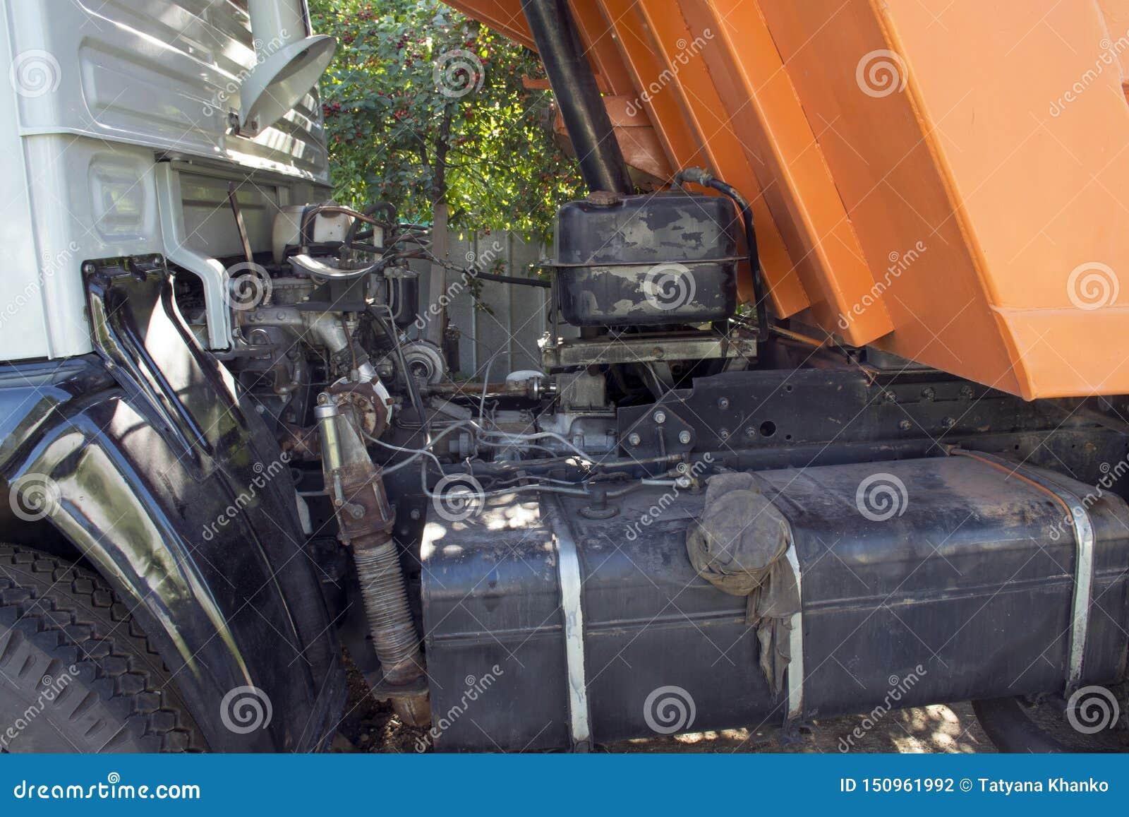 Großer LKW mit einem Körper Arbeit der Industrie Unterbrochenes Auto Auto-Reparaturen