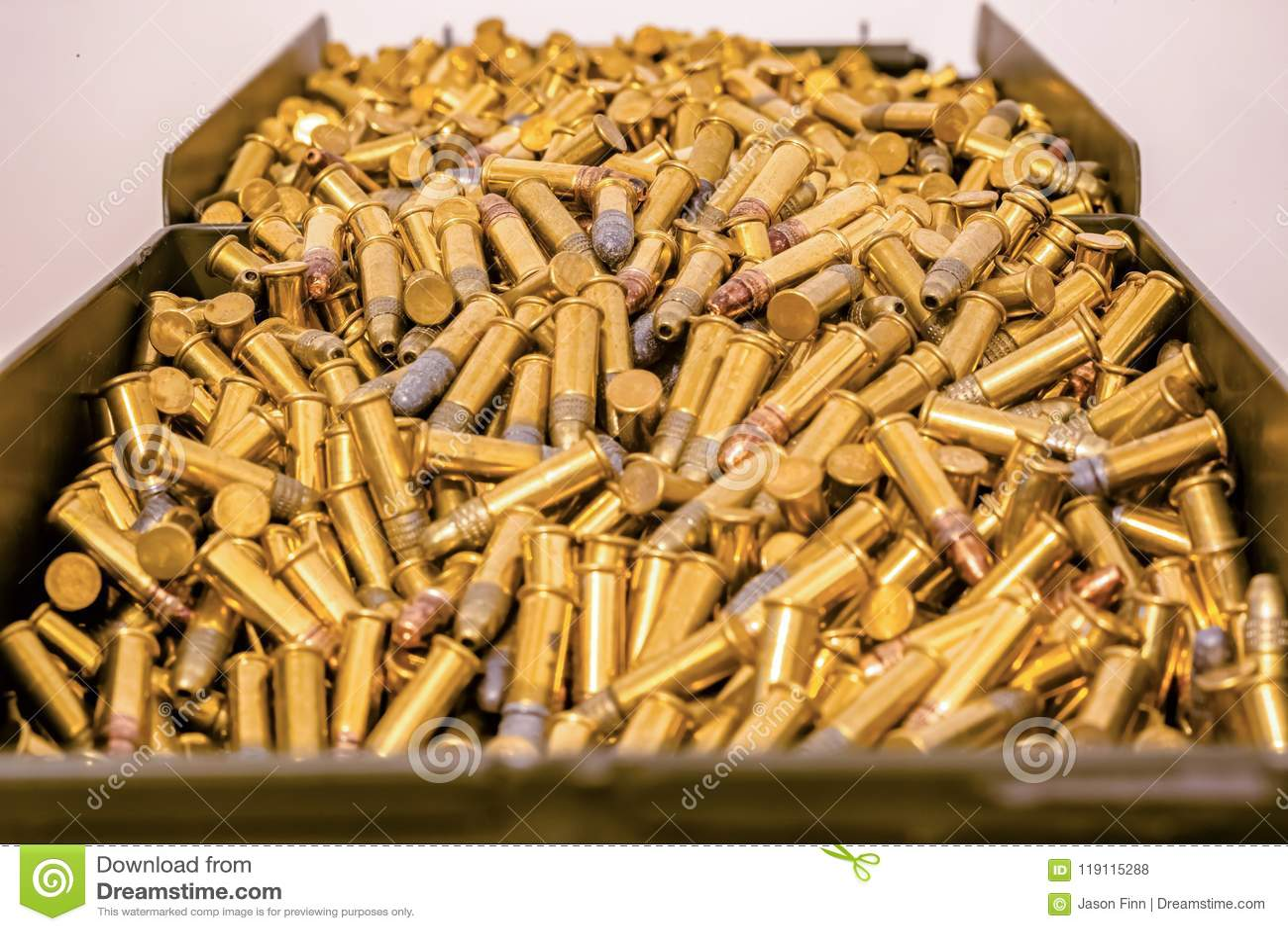 Großer Munitionskasten voll Kugeln