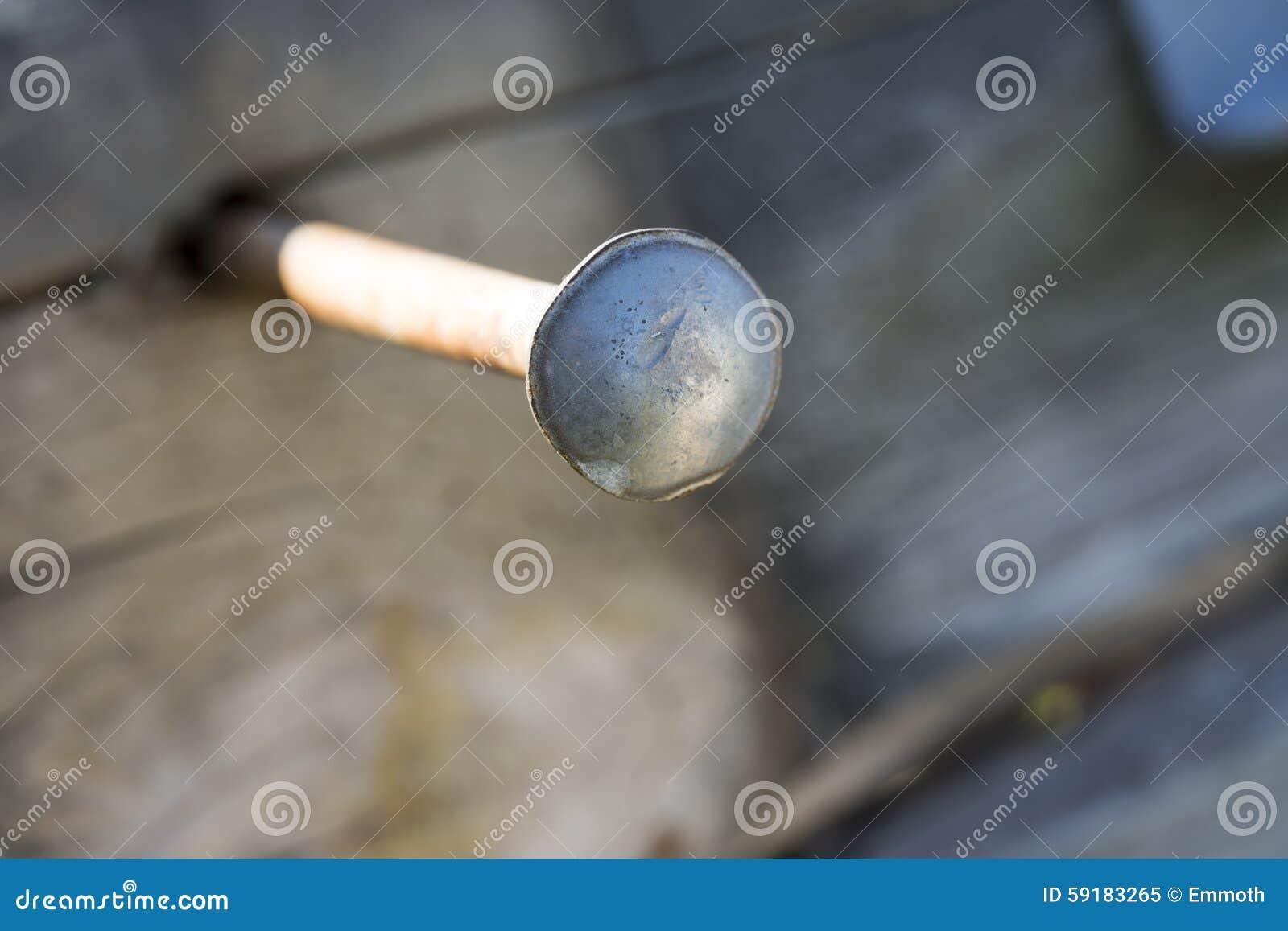 Großer Nagel Im Holz-Abschluss Oben Stockbild - Bild von aufbau ...