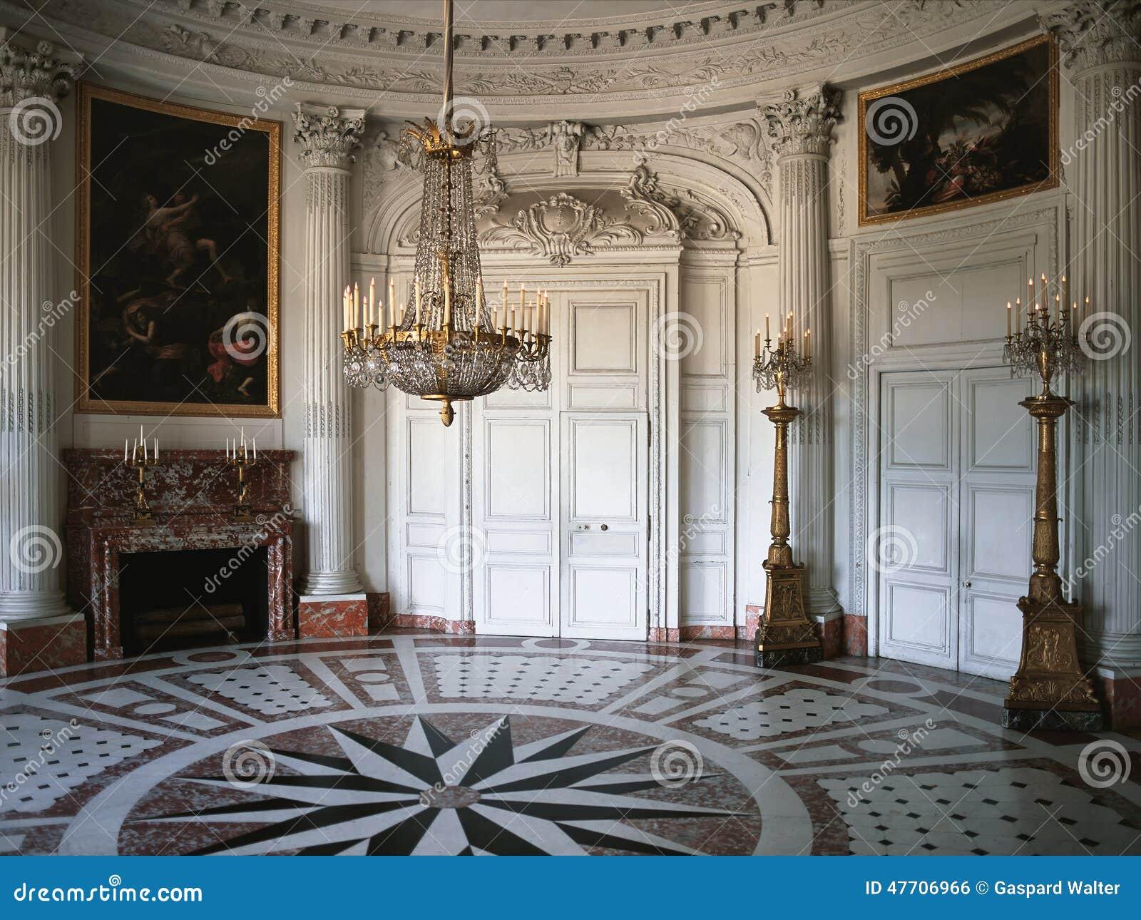 Großer Raum mit hölzerner Wand und Malereien an Versailles-Palast