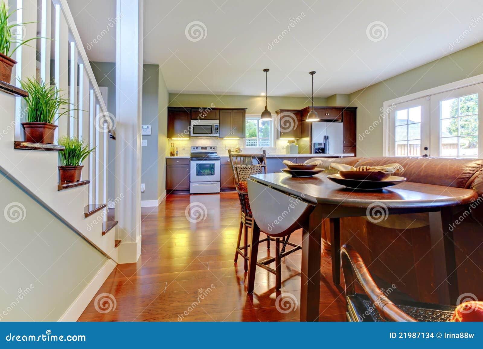 Großer Raum Mit Küche, Esszimmer. Stockfoto - Bild von ...