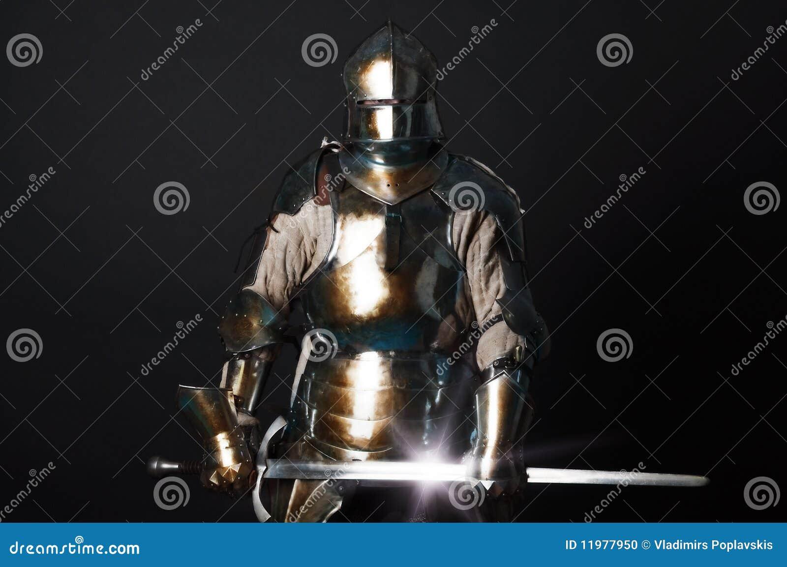 Großer Ritter, der seine Klinge anhält