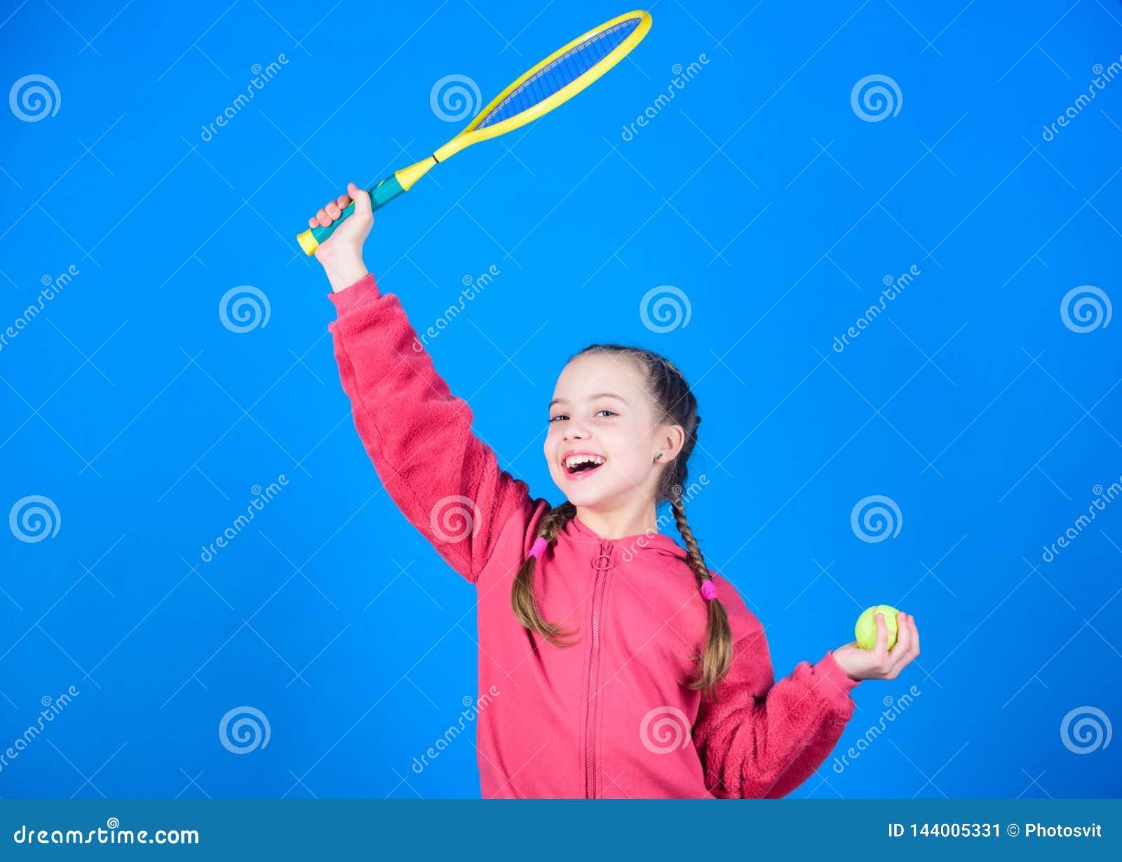 Großer Tag zu spielen Athletenkindertennisschläger auf blauem Hintergrund Aktive Freizeit und Liebhaberei Tennissport und