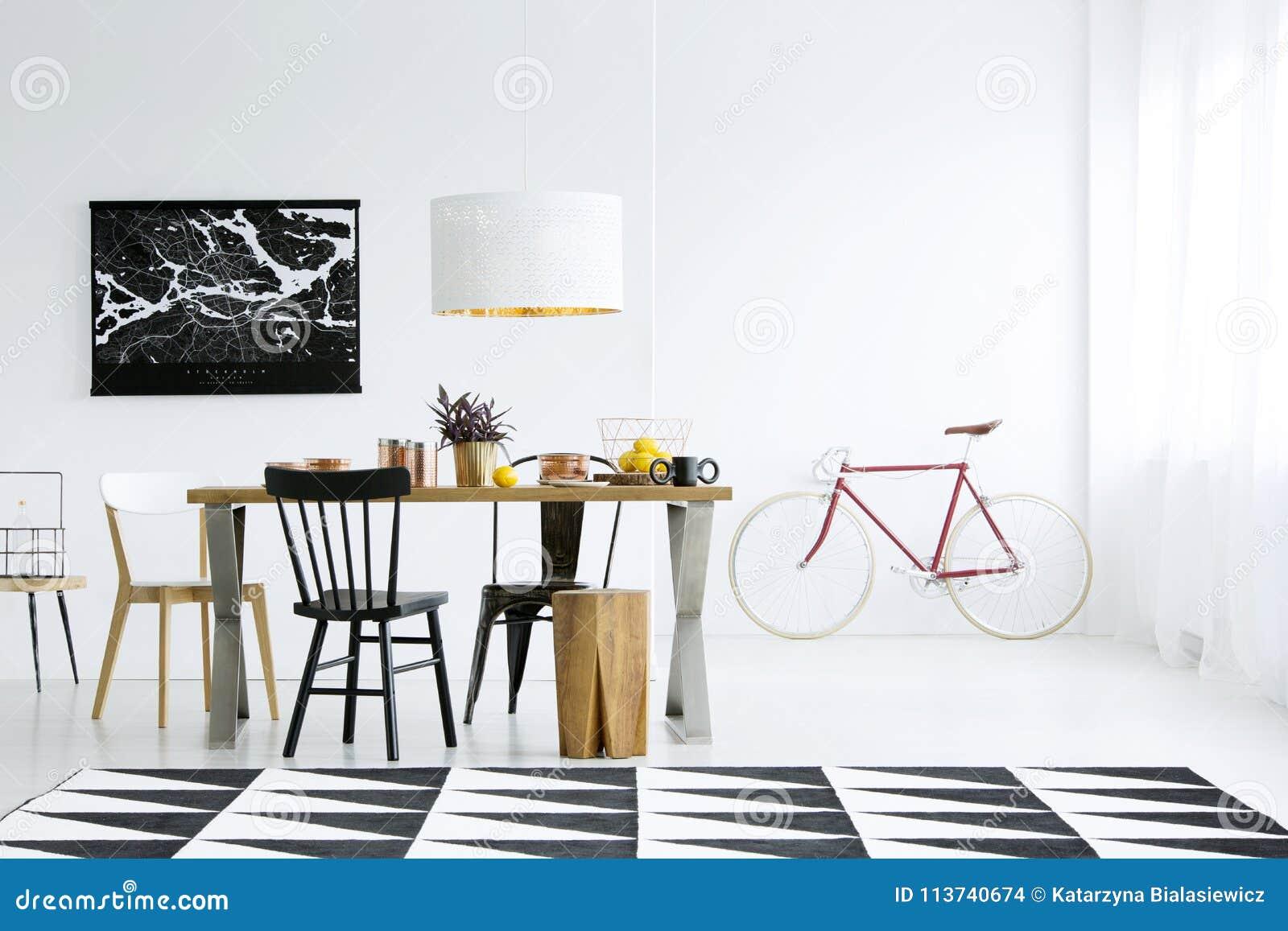 Grosser Teppich In Esszimmer Stockfoto Bild Von Lebensstil Zitrone