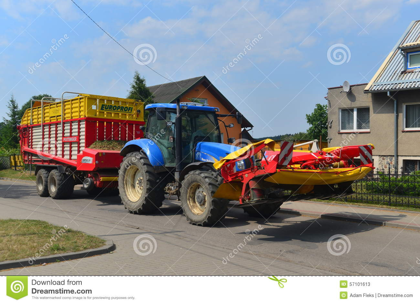 gro er traktor mit einem anh nger redaktionelles stockfoto bild von landwirtschaft nave 57101613. Black Bedroom Furniture Sets. Home Design Ideas