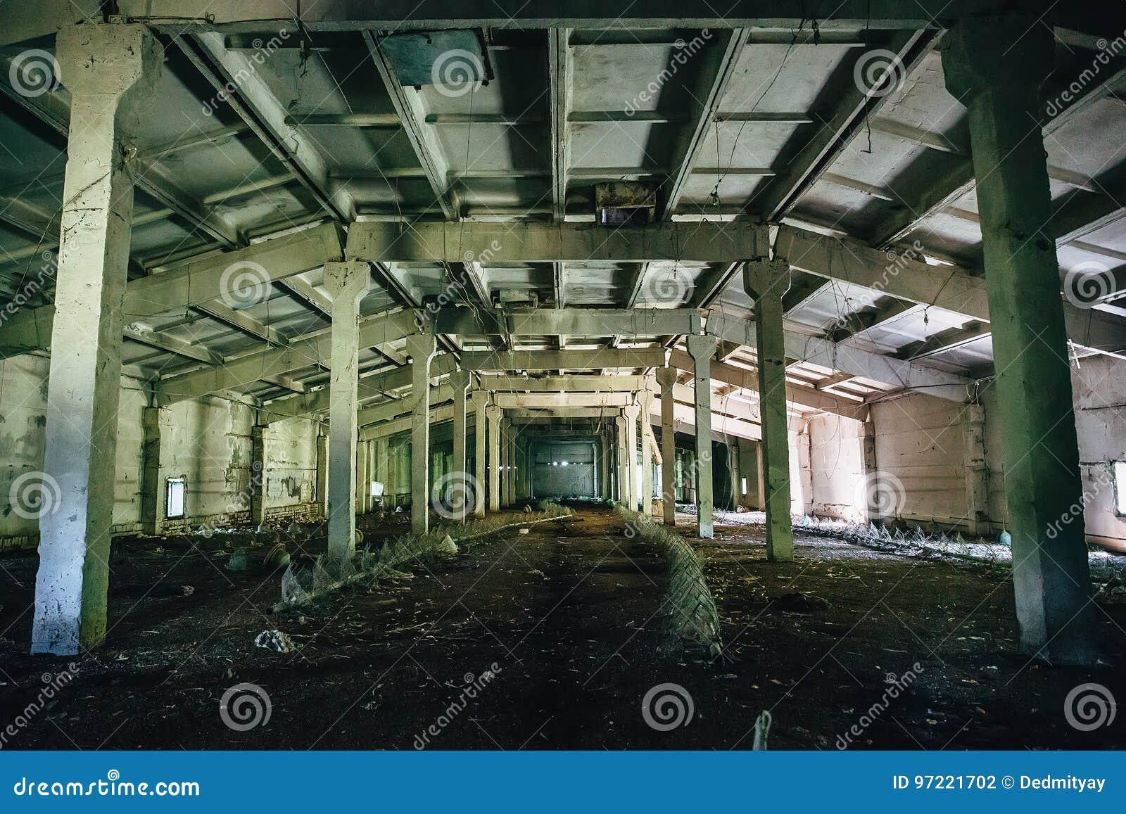 Großer verlassener industrieller Lagerinnenraum nach innen, Perspektive
