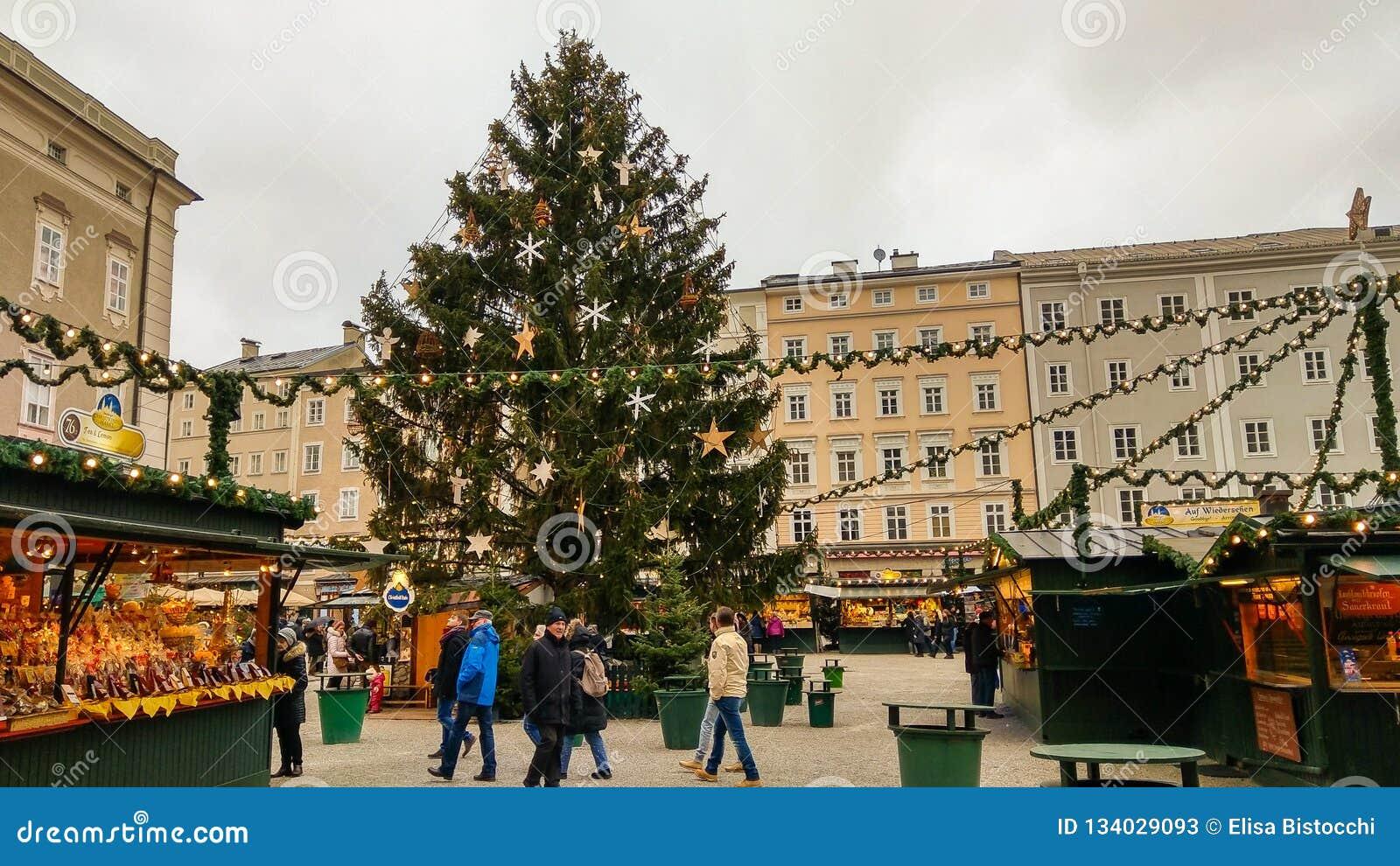 Großer Weihnachtsbaum und christkindlmarkt im Residenzplatz von Salzburg, Österreich