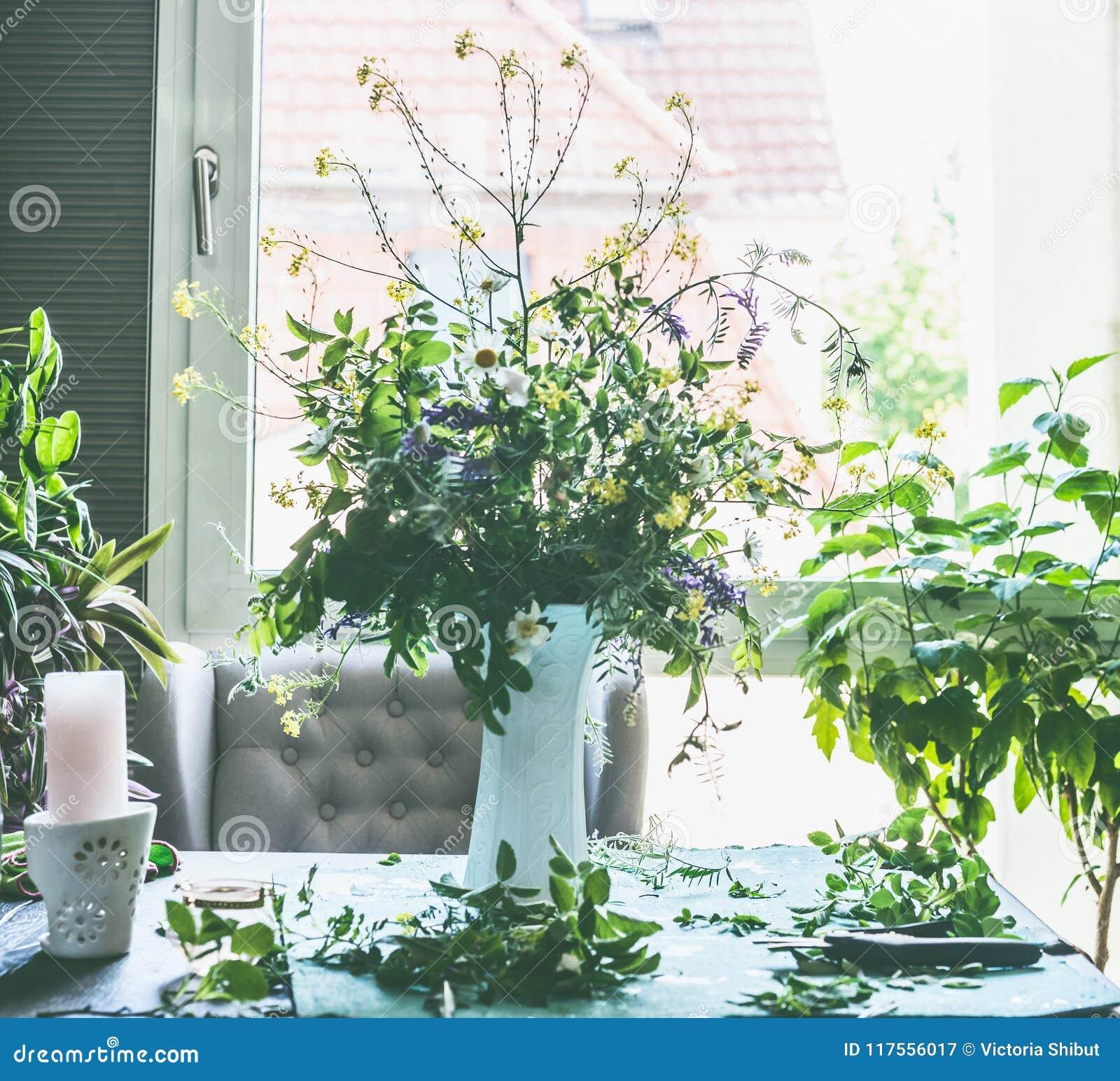Großes Bündel Der Wilden Blumen Des Sommers Im Weißen Vase Auf ...