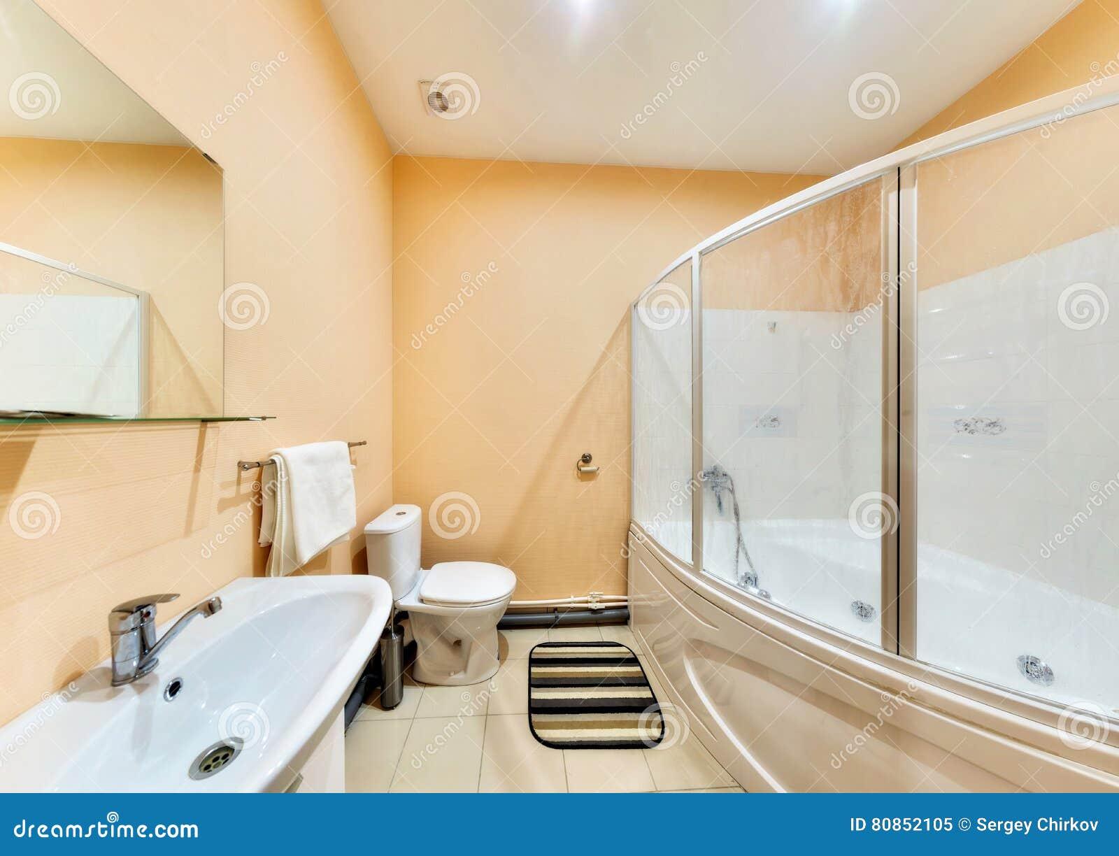 Großes Badezimmer Mit Einer Duschkabine Stockbild - Bild von fliesen ...