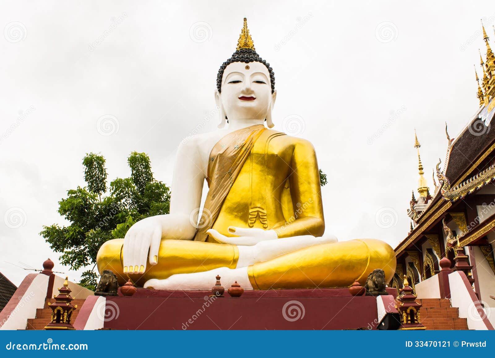 Großes Buddha-Bild am goldenen Dreieck in Ubosot Wat Raja Mon Thian