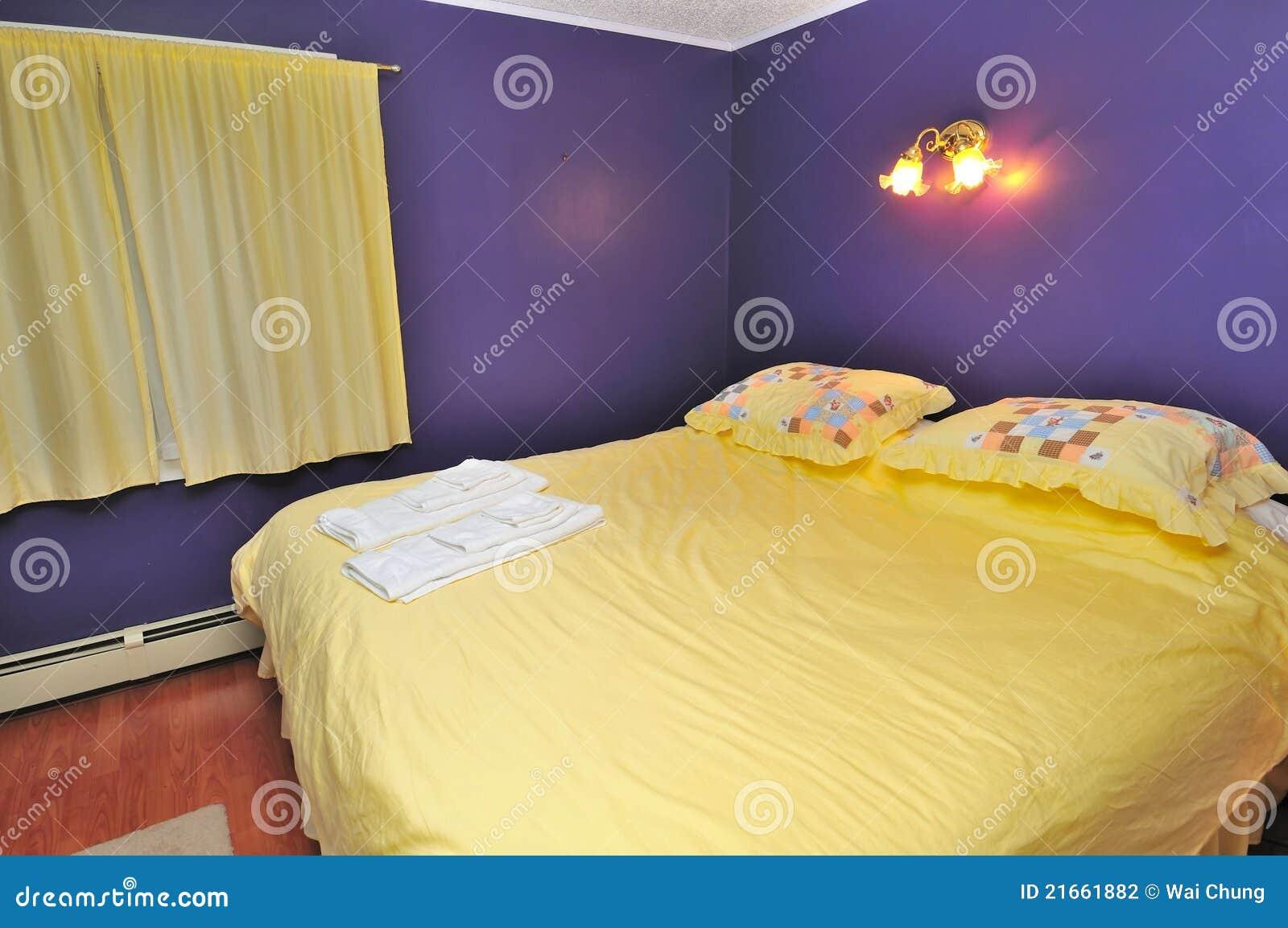 großes gelbes bett stockfotografie - bild: 21661882, Hause ideen