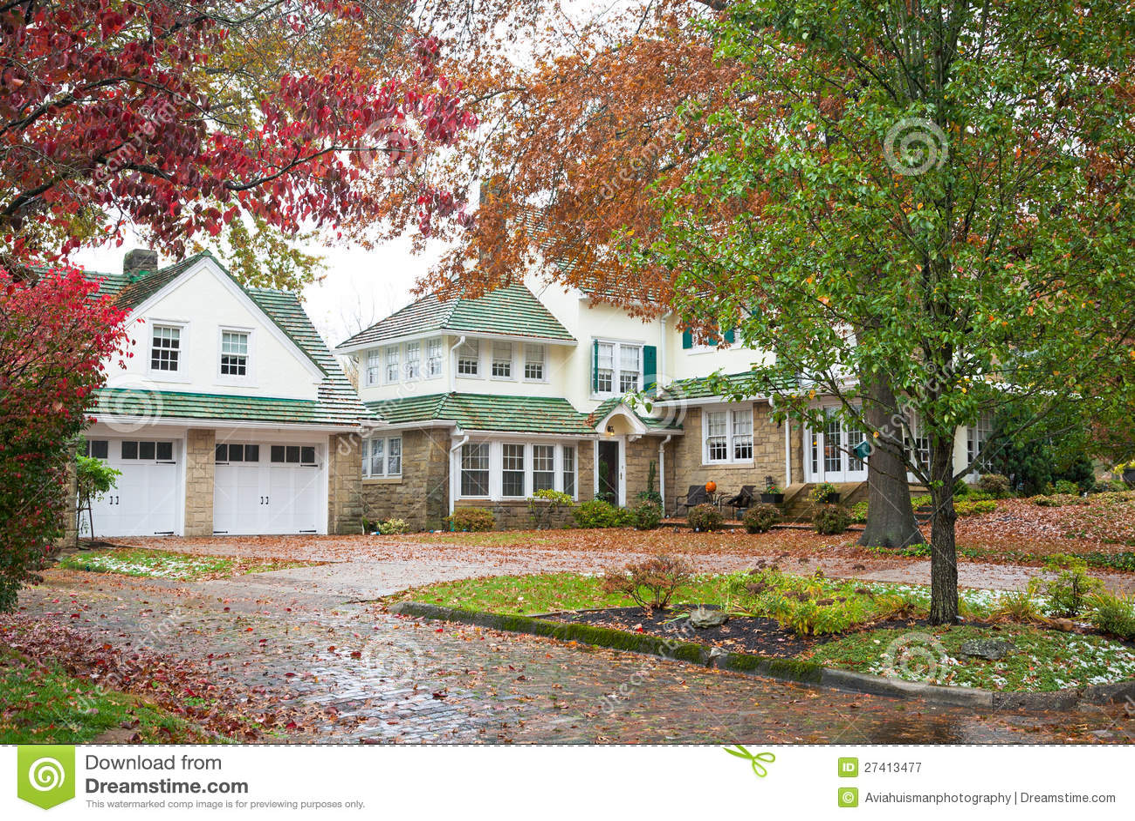 gro es haus und garage lizenzfreie stockfotografie bild 27413477. Black Bedroom Furniture Sets. Home Design Ideas